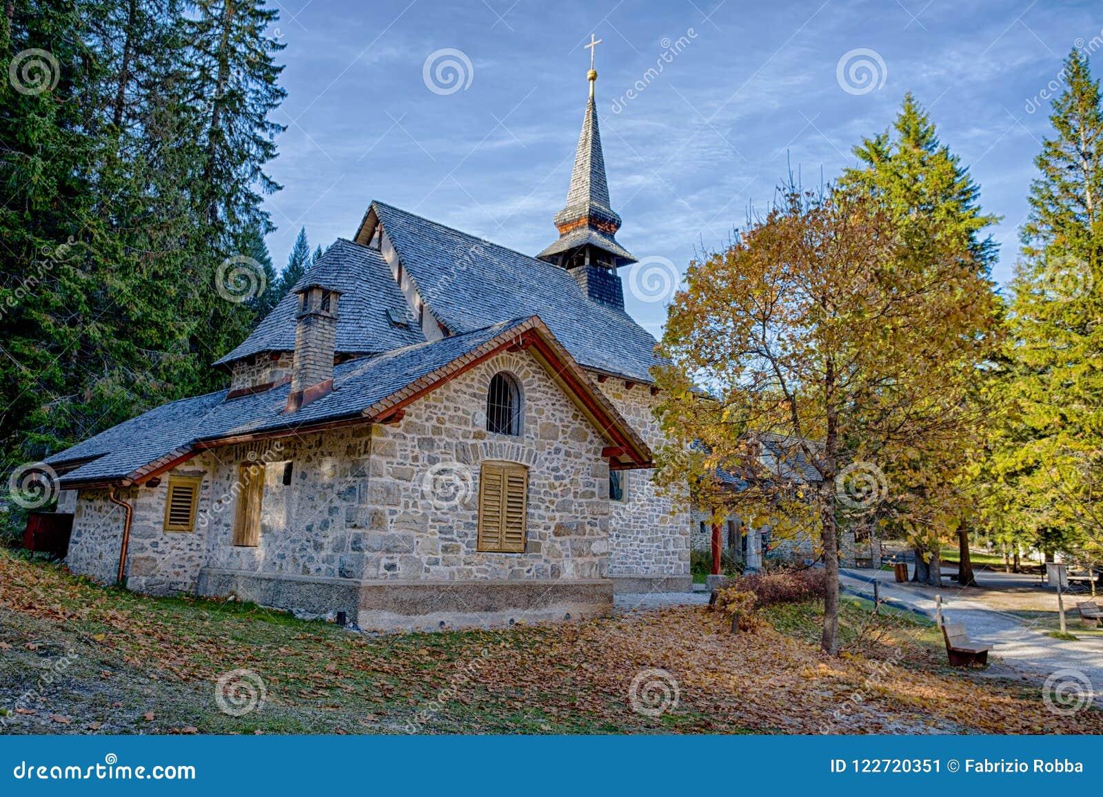 Mały kościół przy Braies jeziorem w jesień czasie w Włoskich dolomitów Alps, Pusteria dolinie wśrodku Fanes, Sennes i Braies n, -