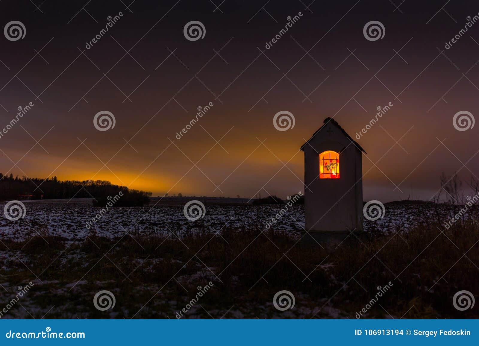 Mały kościół w Czeskiej wsi przy nocą