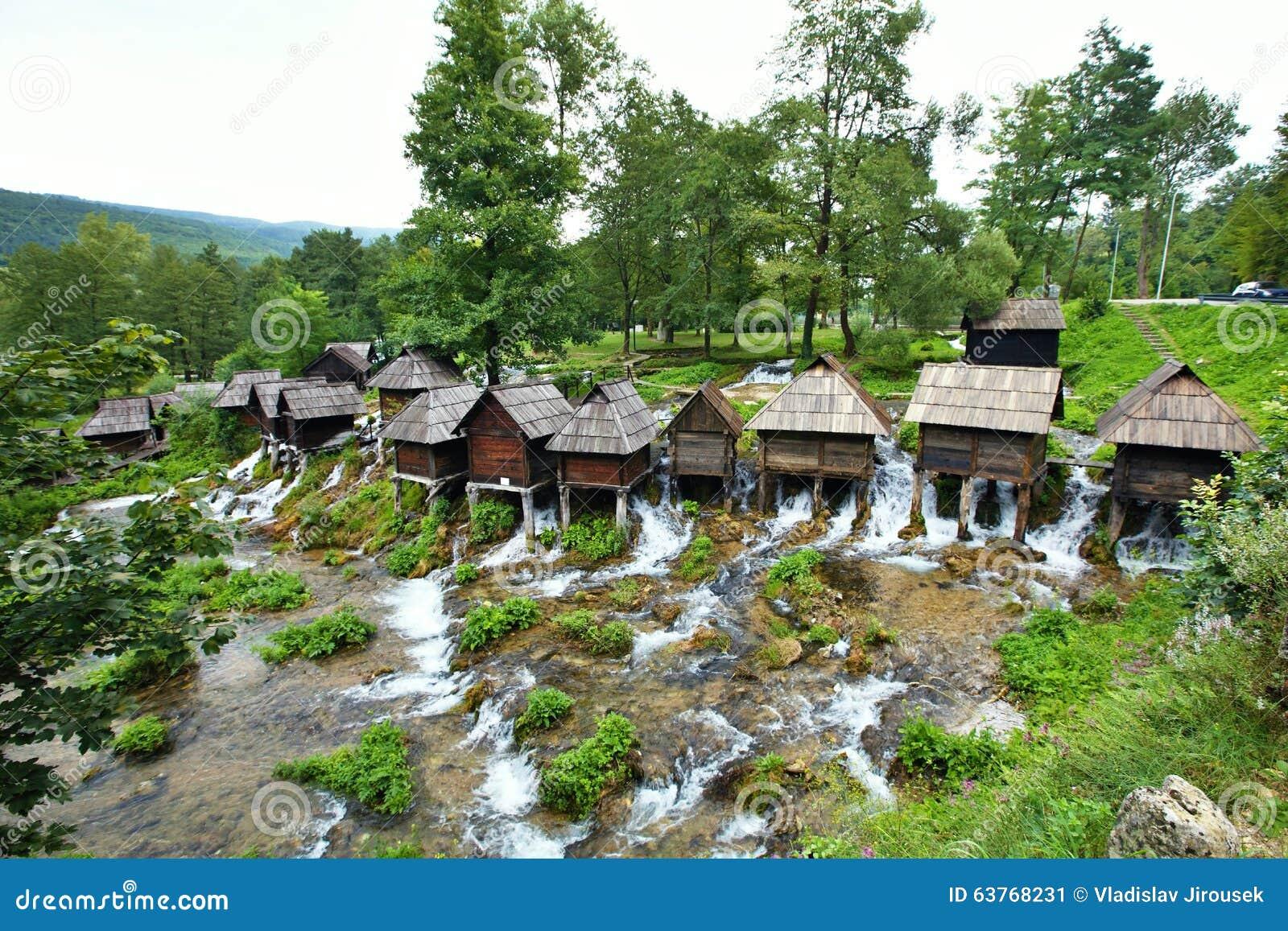 Mały młyn w terenie Plic jeziora Bośnia, Herzegovina, -