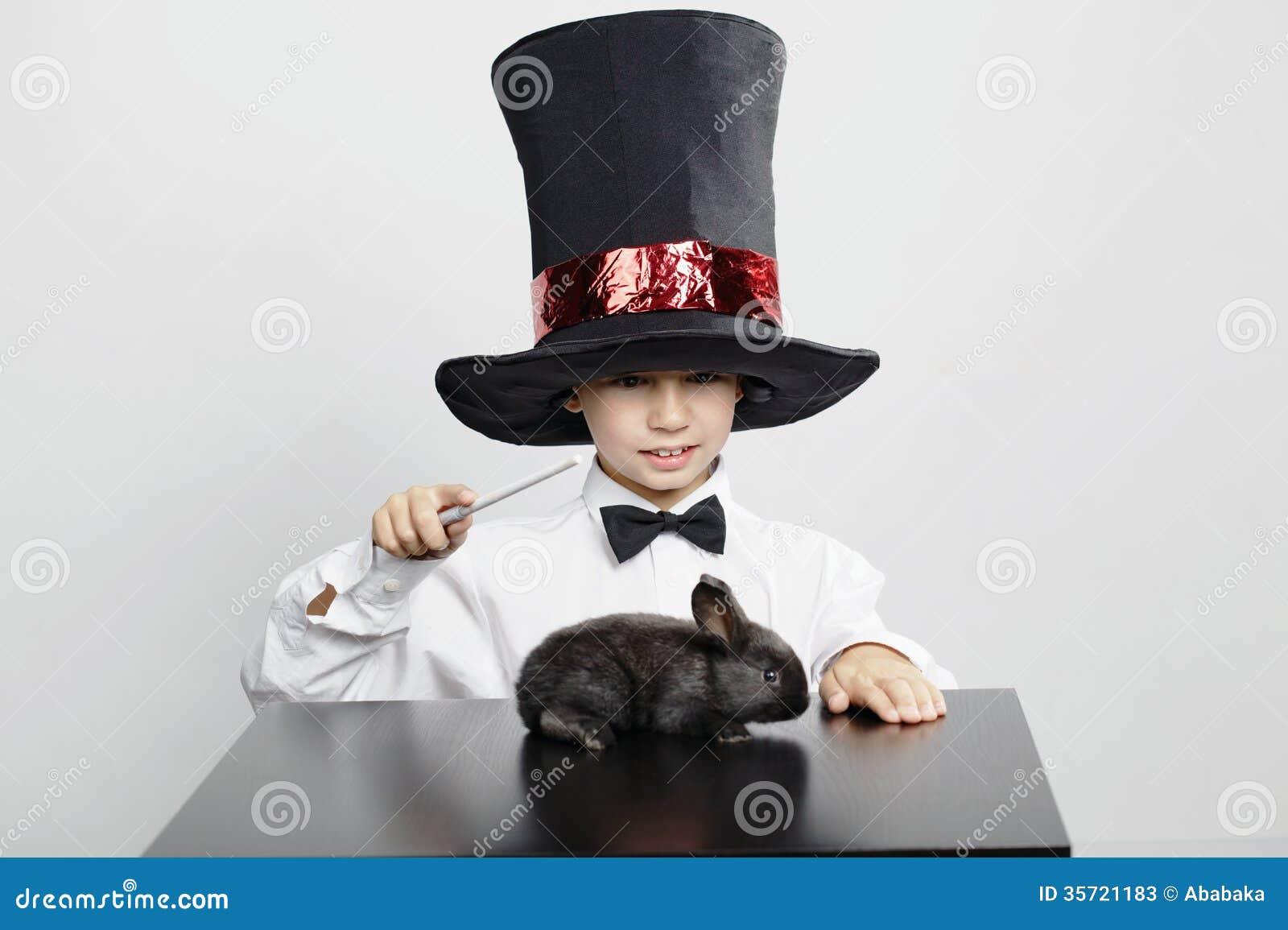 Mały magik z królikiem