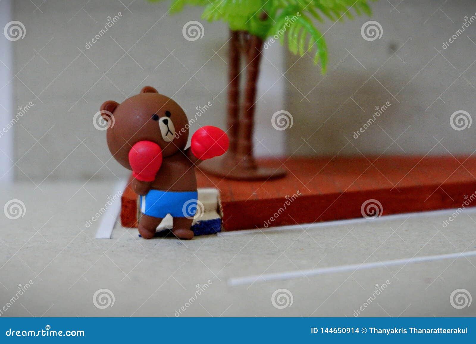 Mały niedźwiedź ćwiczy boksować