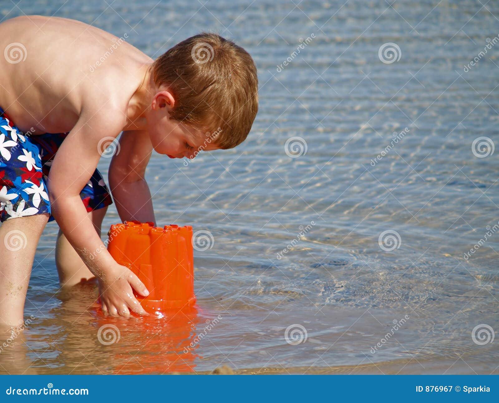 Mały plażowy grać