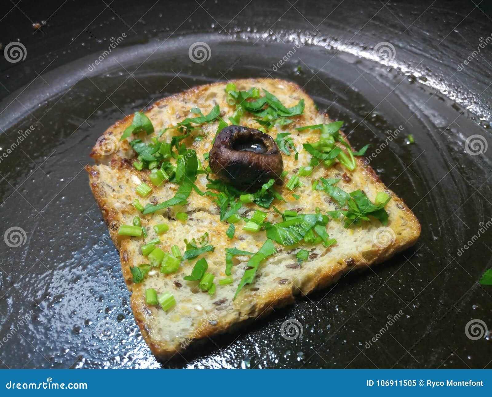 Mały plasterek oziarniony chleb moczył w wazeliniarskim