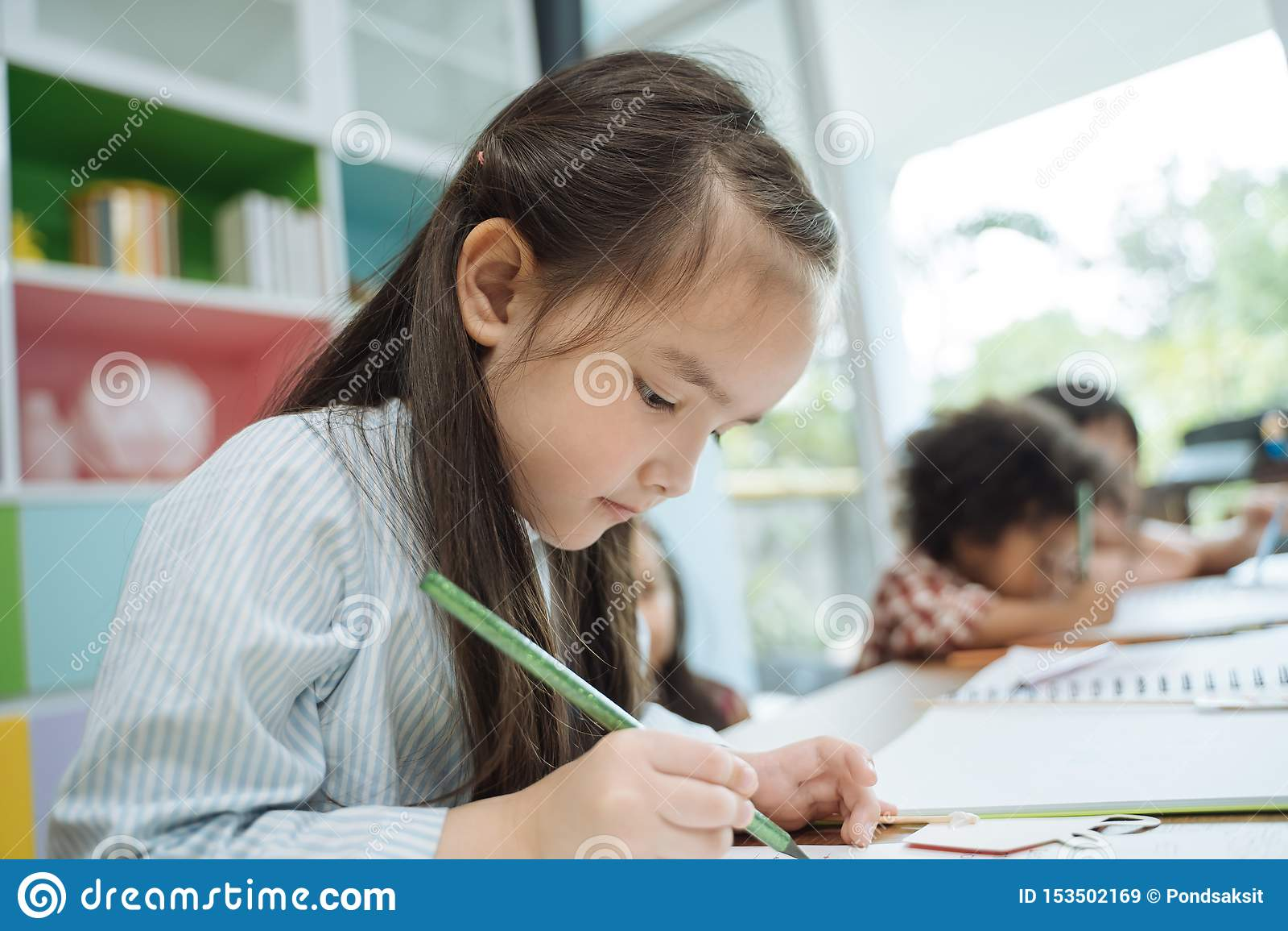 Mały preschool żartuje rysunkowego papier z kolorów ołówkami portret dziewczyna z przyjaciel edukacji pojęciem