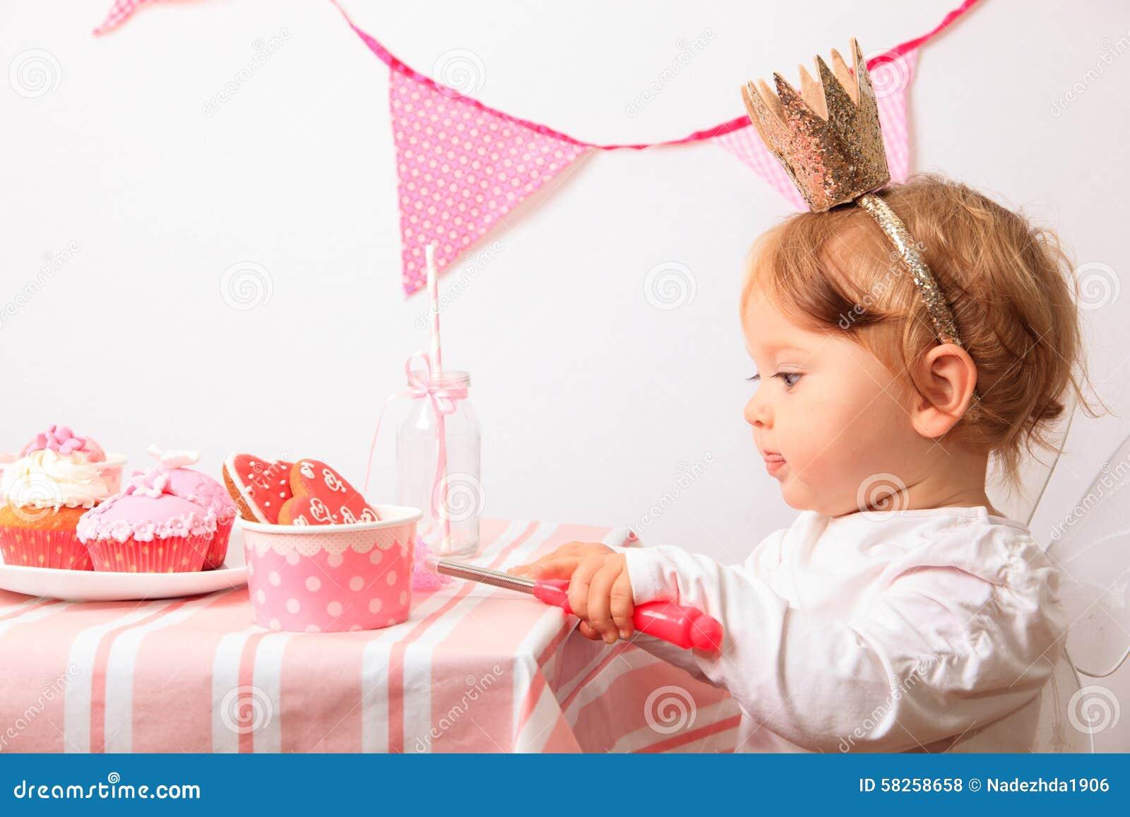 Mały princess przy menchii przyjęciem