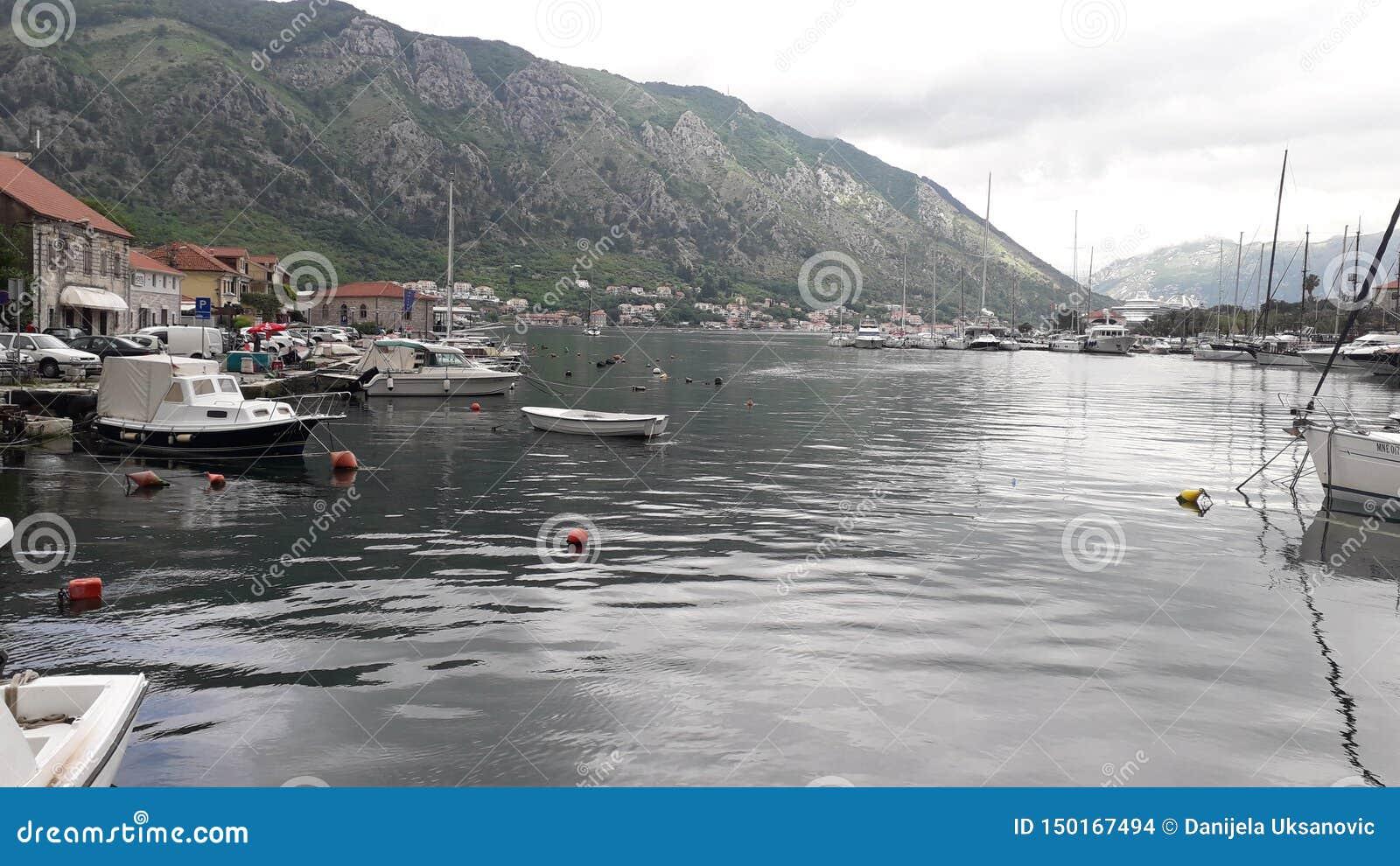Mały stary miasteczko na morzu w Kotor