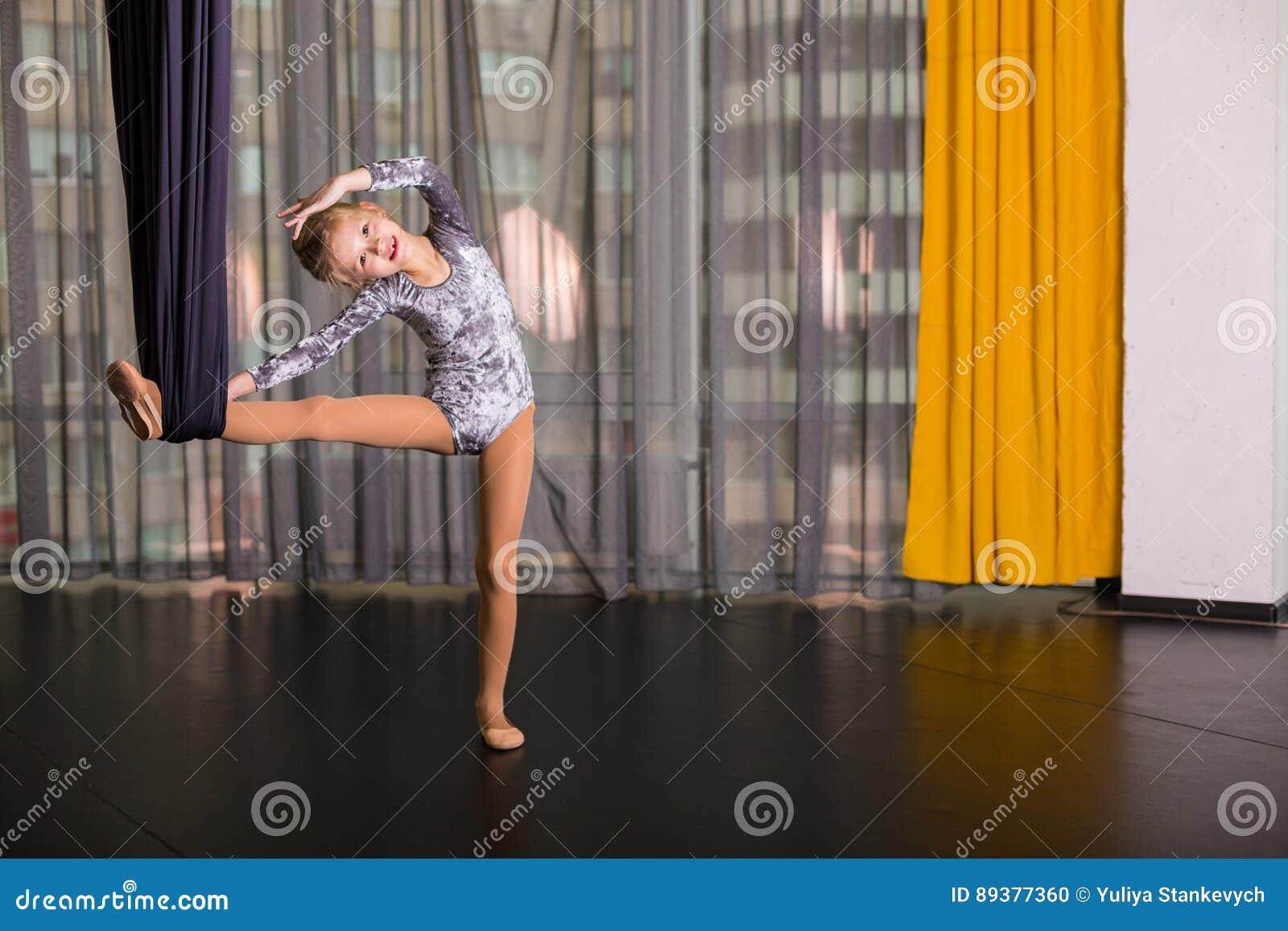 Mały tancerz w powietrznym joga hamaku