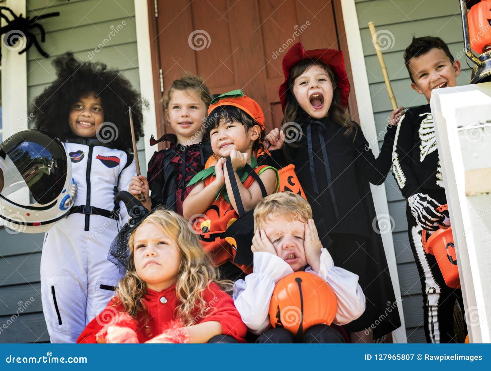 Małych dzieci częstowanie na Halloween lub sztuczka