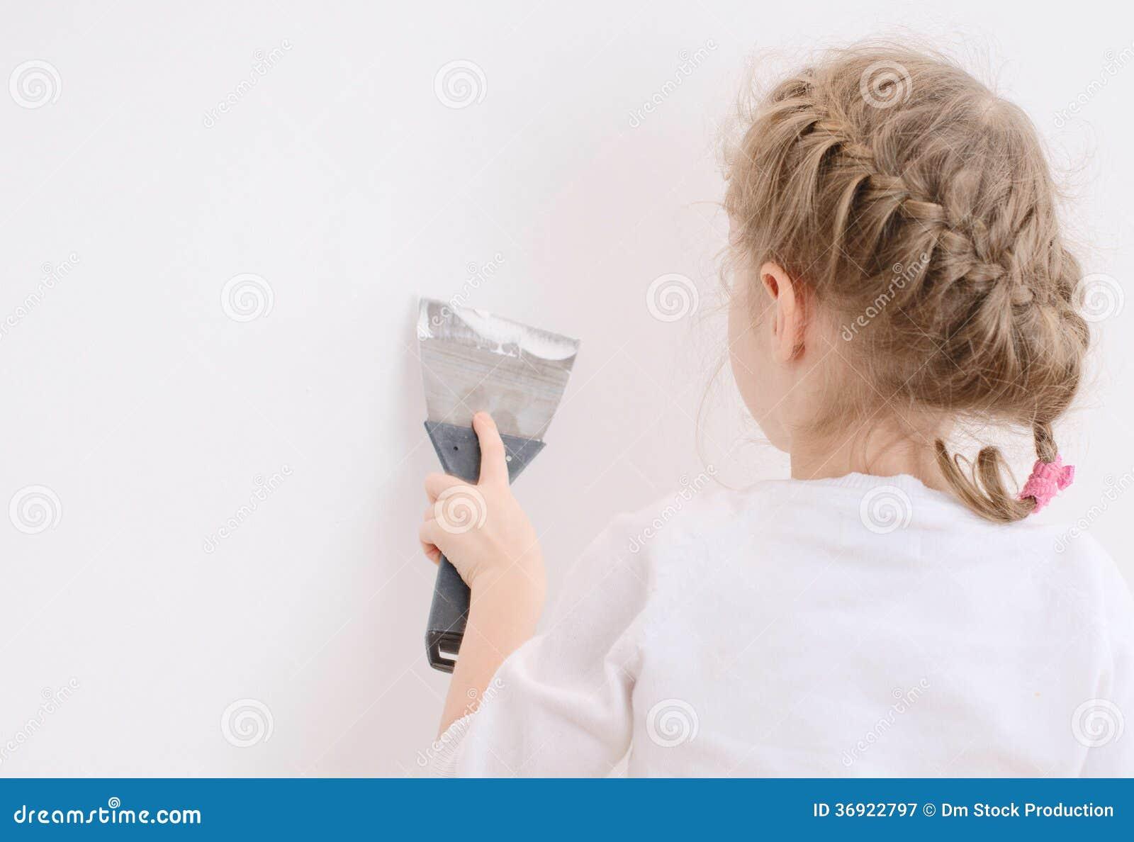 Małych dziewczynek napraw ściana