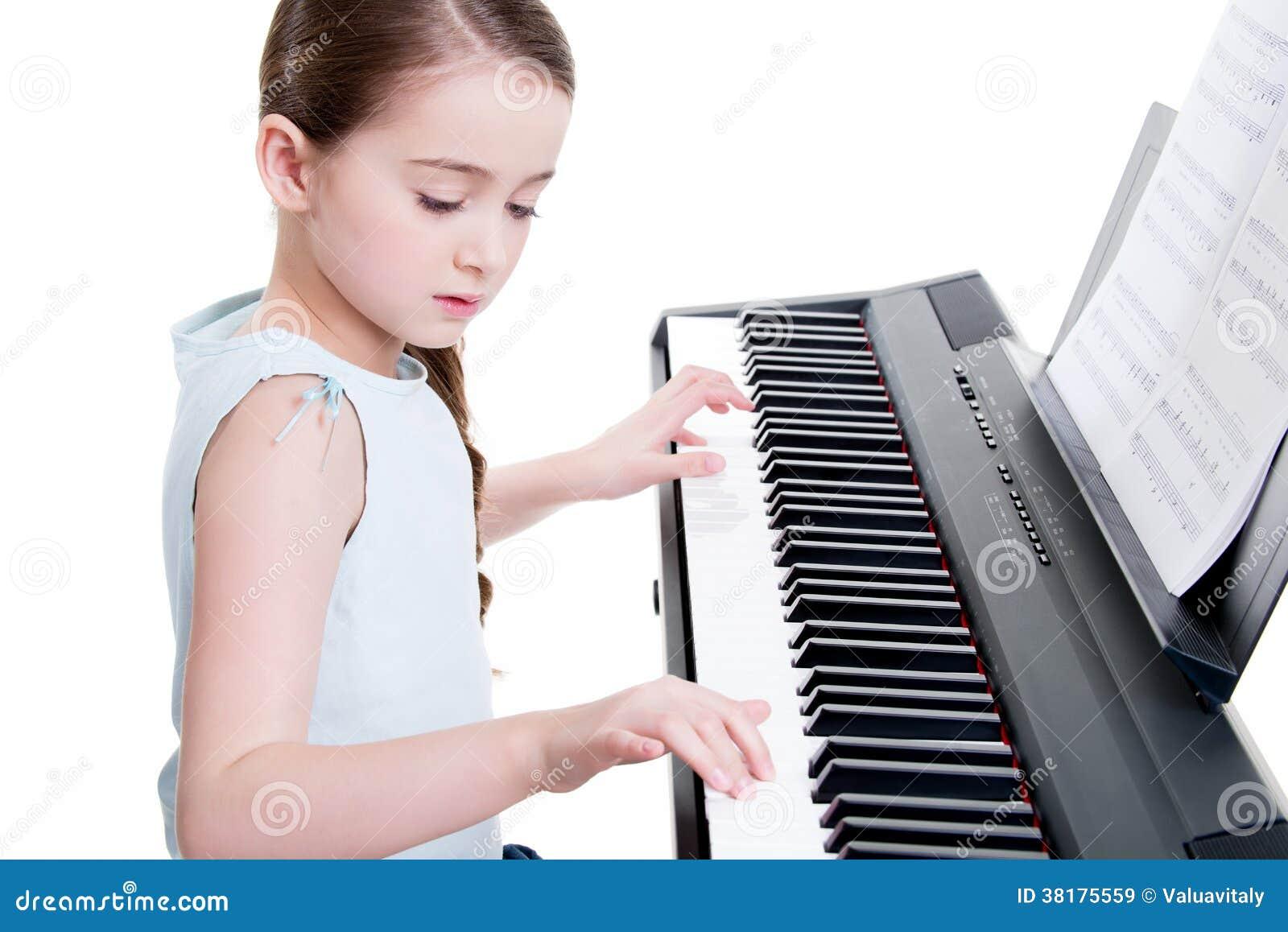 Małych dziewczynek sztuki na elektrycznym pianinie.