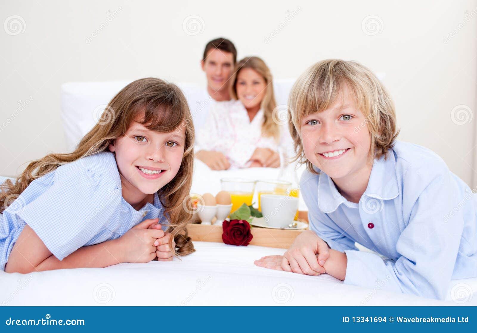 Ma byczego obsiadanie łóżkowa śniadaniowa rodzina