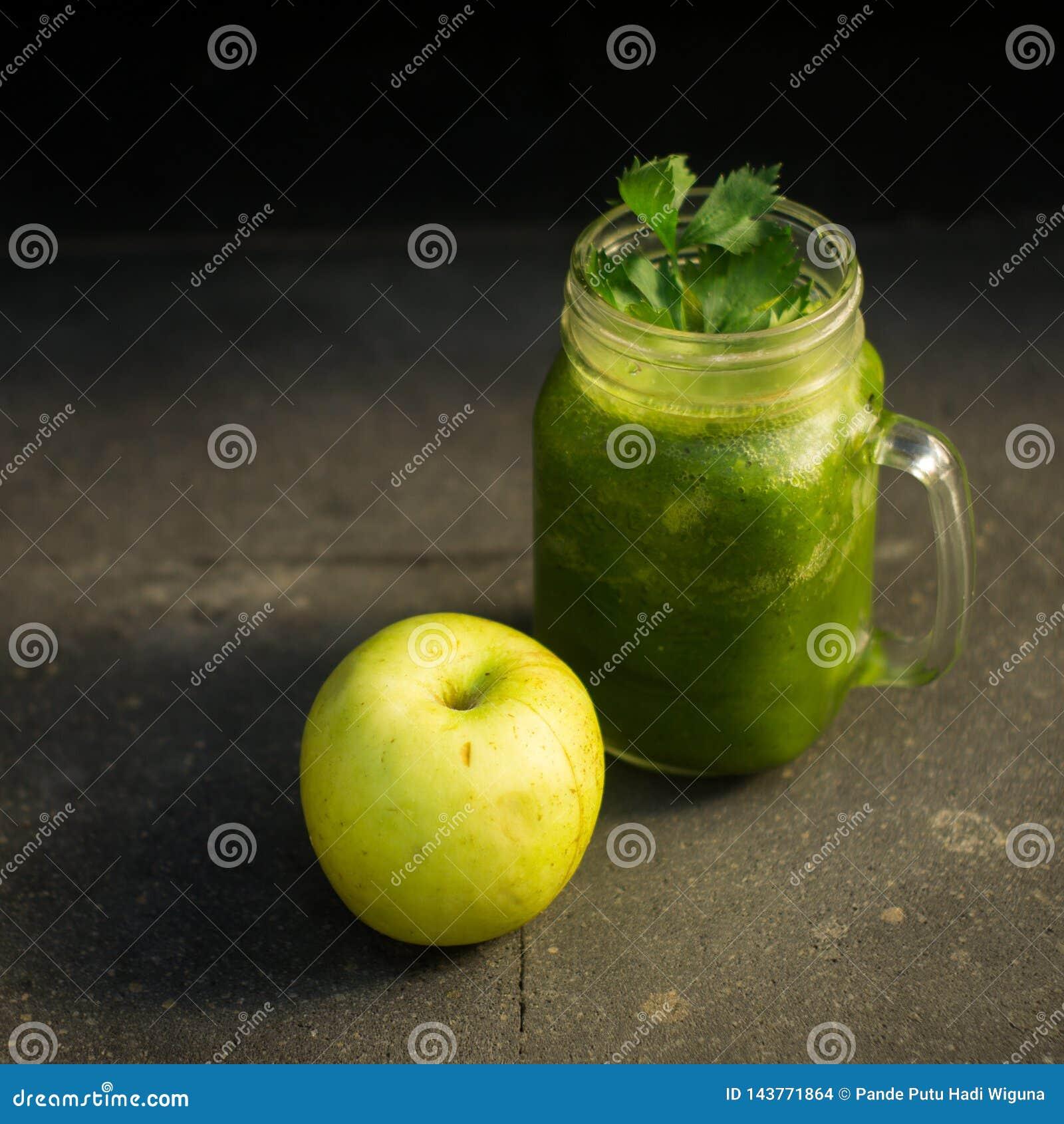 Ma?? do verde da desintoxica??o e suco de vegetais saud?veis