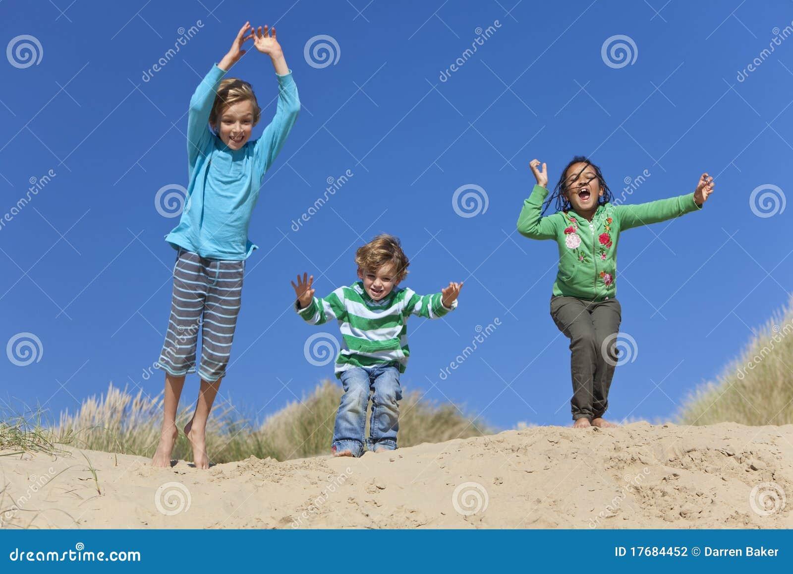 Ma doskakiwanie dziecko plażowa zabawa trzy