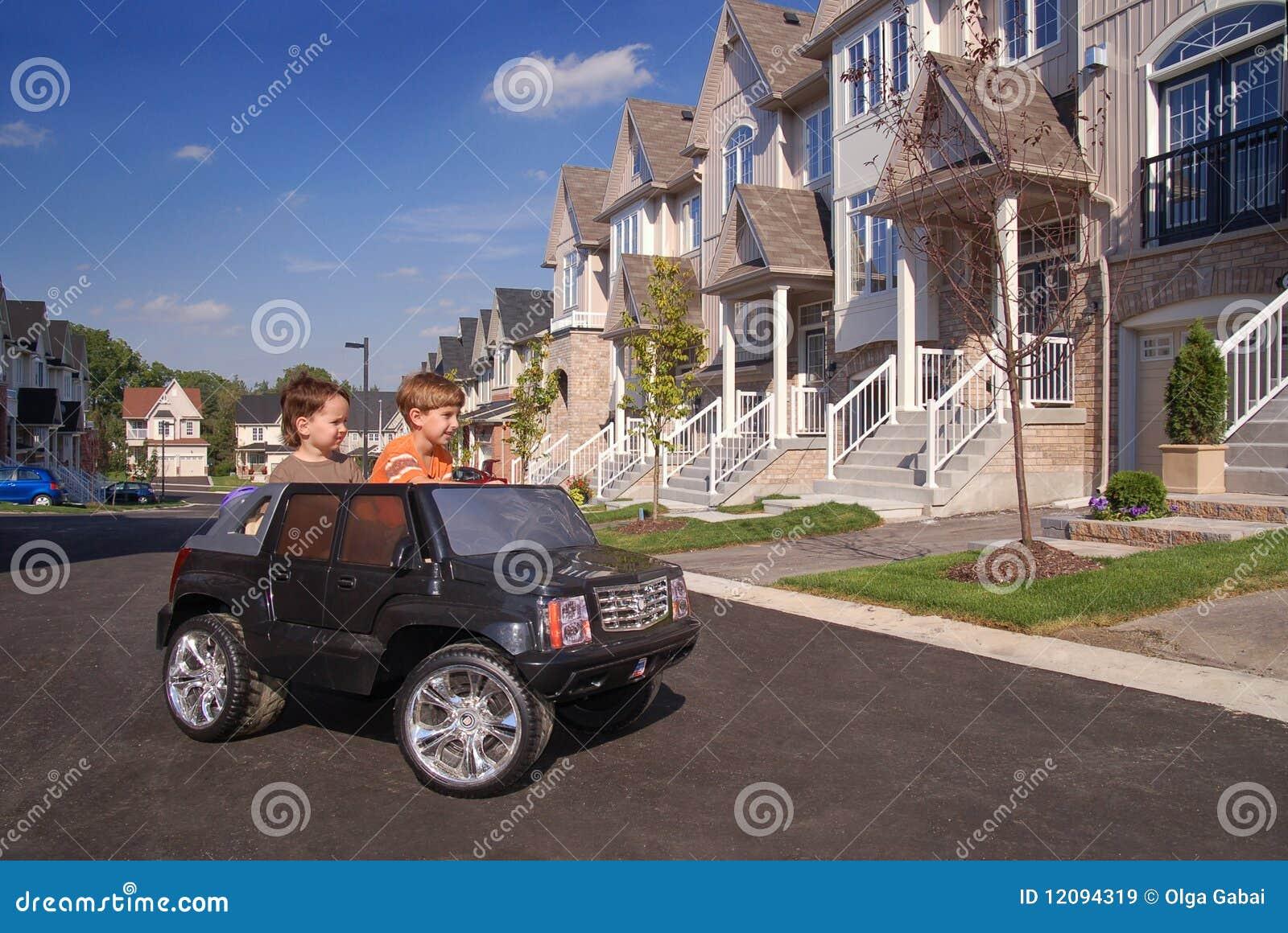 Ma dzieciak zabawkę samochodowa zabawa dwa