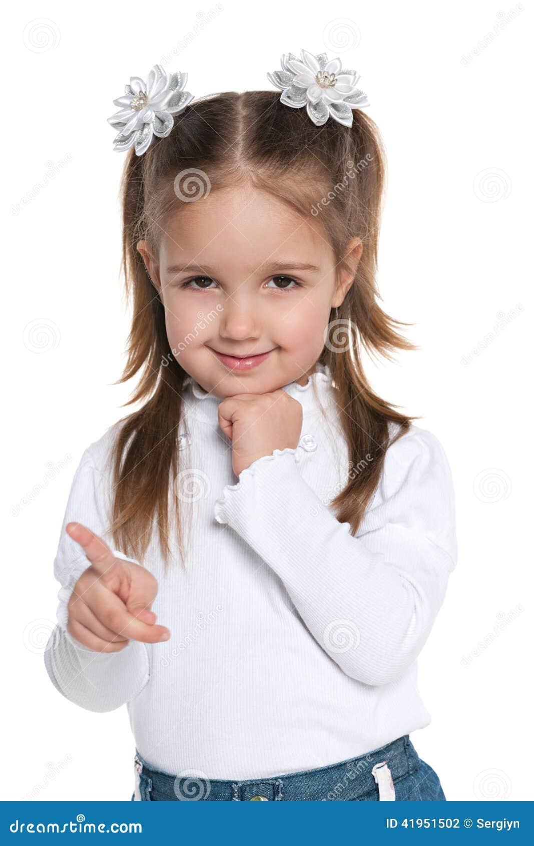 Mała dziewczynka pokazuje jej palec strona