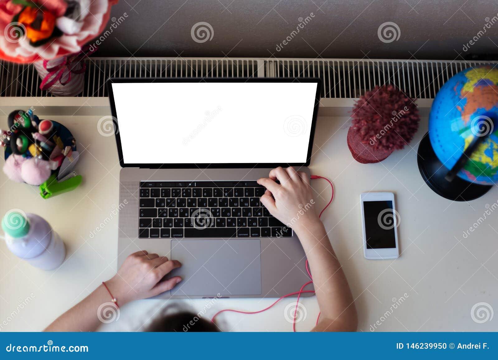 Ma?a dziewczynka robi jej pracie domowej na laptopie