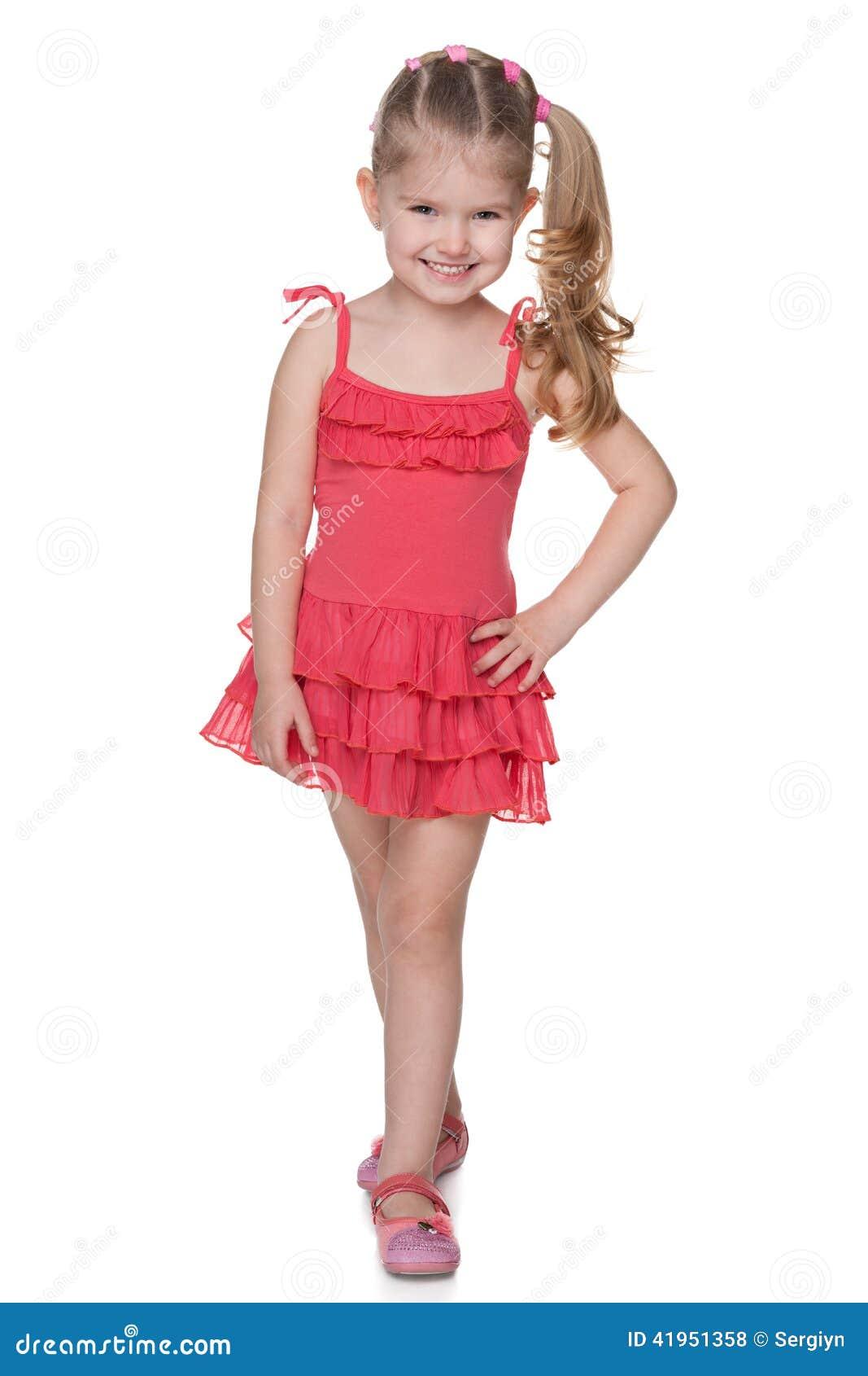 Mała dziewczynka w czerwonej sukni