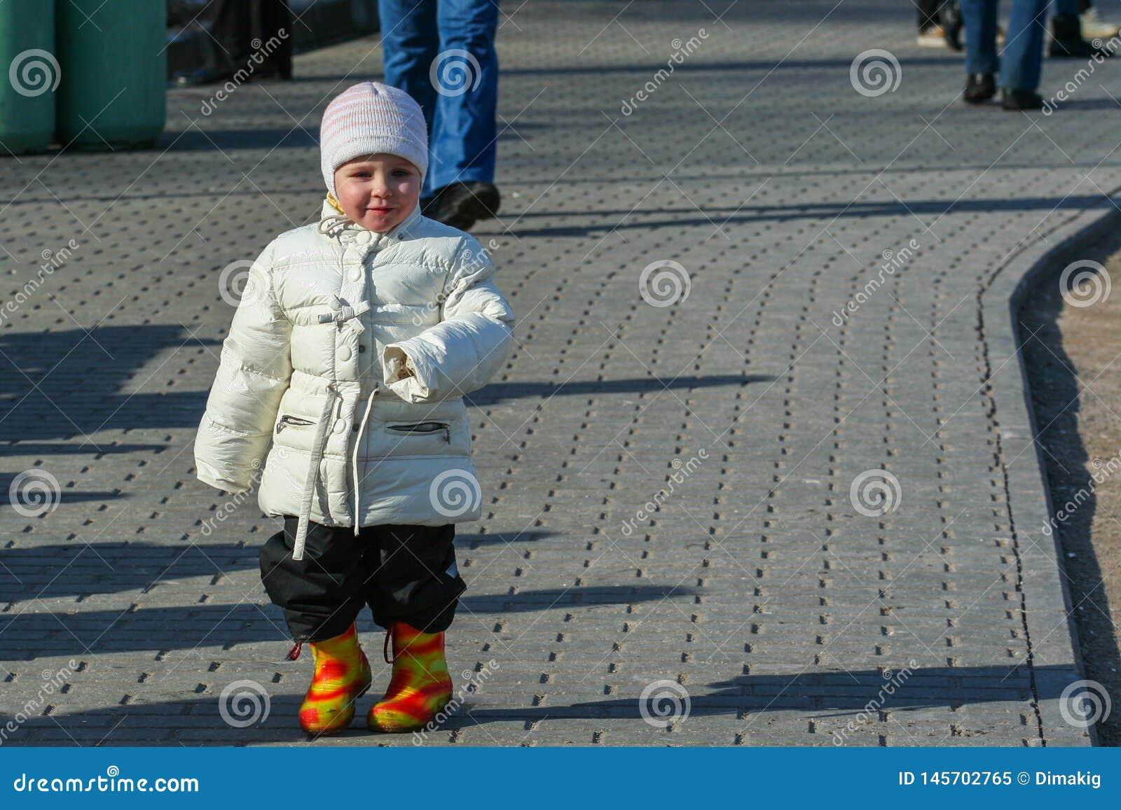 Ma?e dzieci chodzi woko?o wiosna parka Dzieciak rozrywka w wczesnej wio?nie