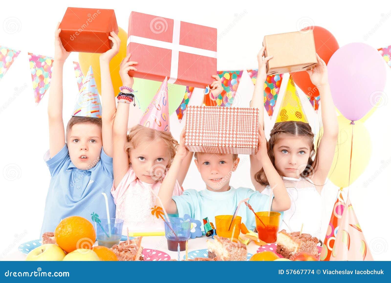 Małe dzieci pozuje z prezentami urodzinowymi