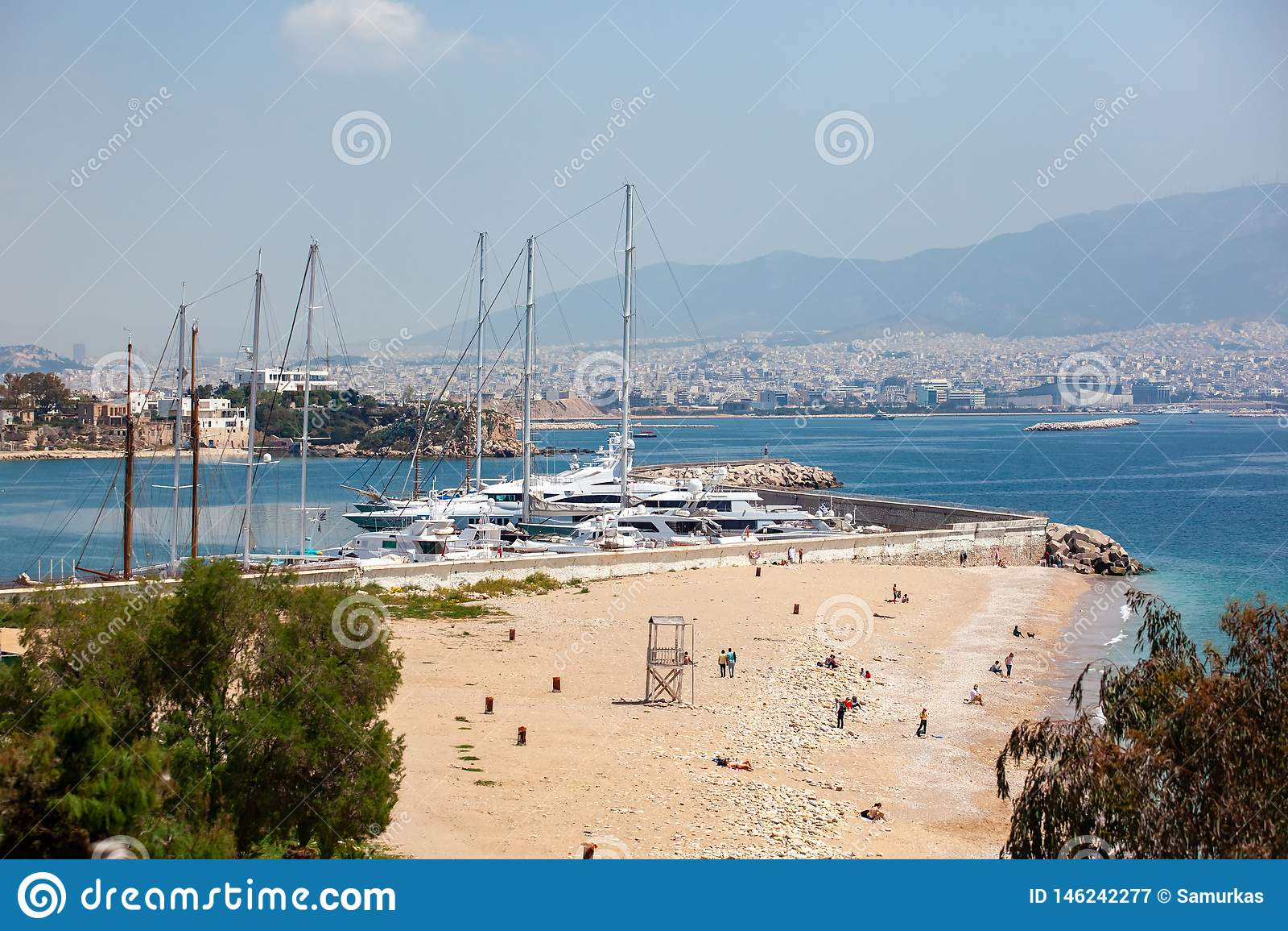 Ma?e ?eglowanie ?odzie, jachty i dokowali przy portem Piraeus, Grecja