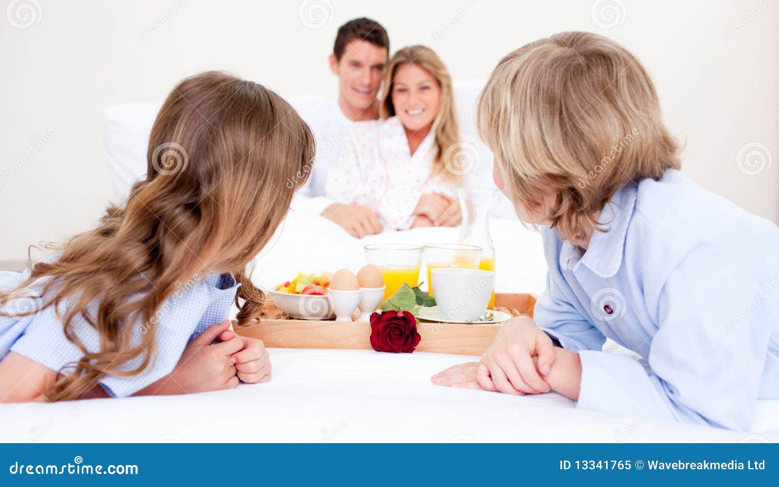 Ma obsiadanie łóżkowa śniadaniowa rodzina