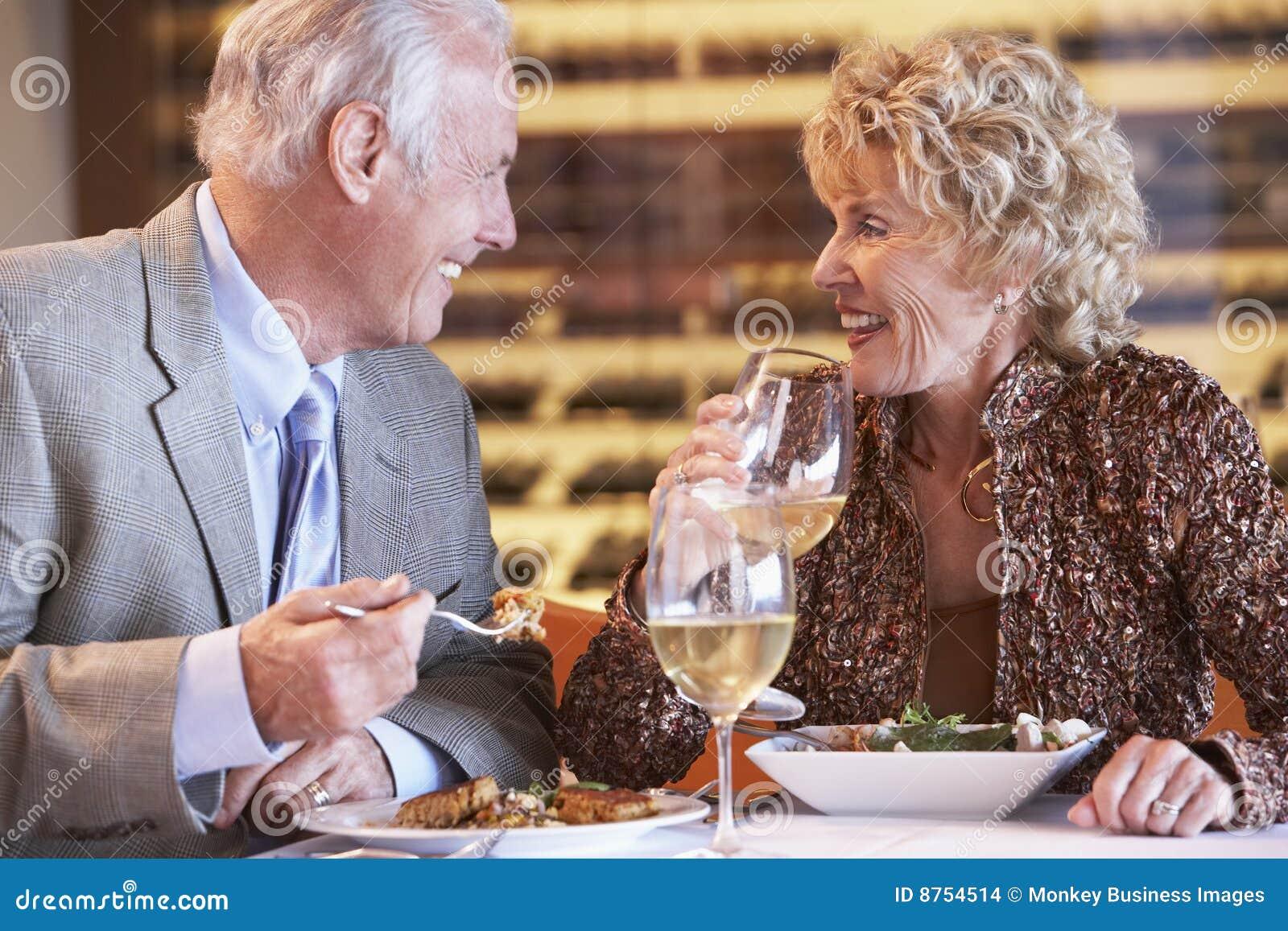 Ma restauracyjnego seniora para gość restauracji