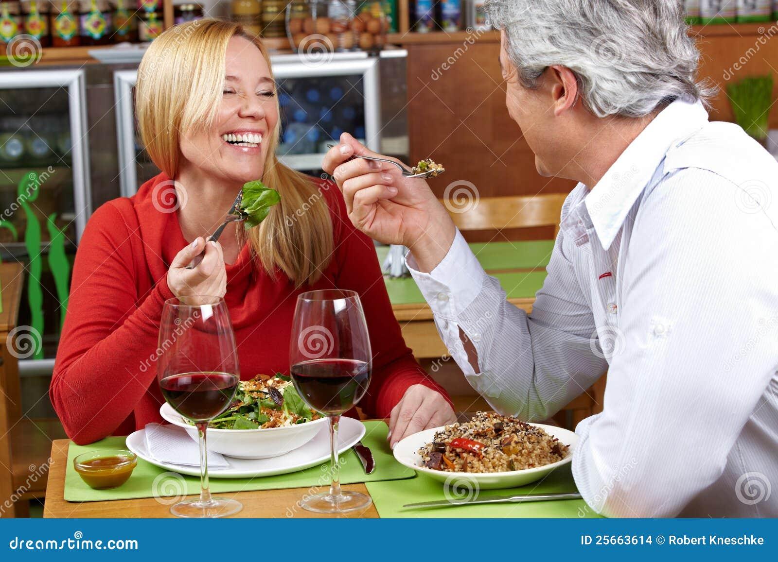 Ma seniora para gość restauracji
