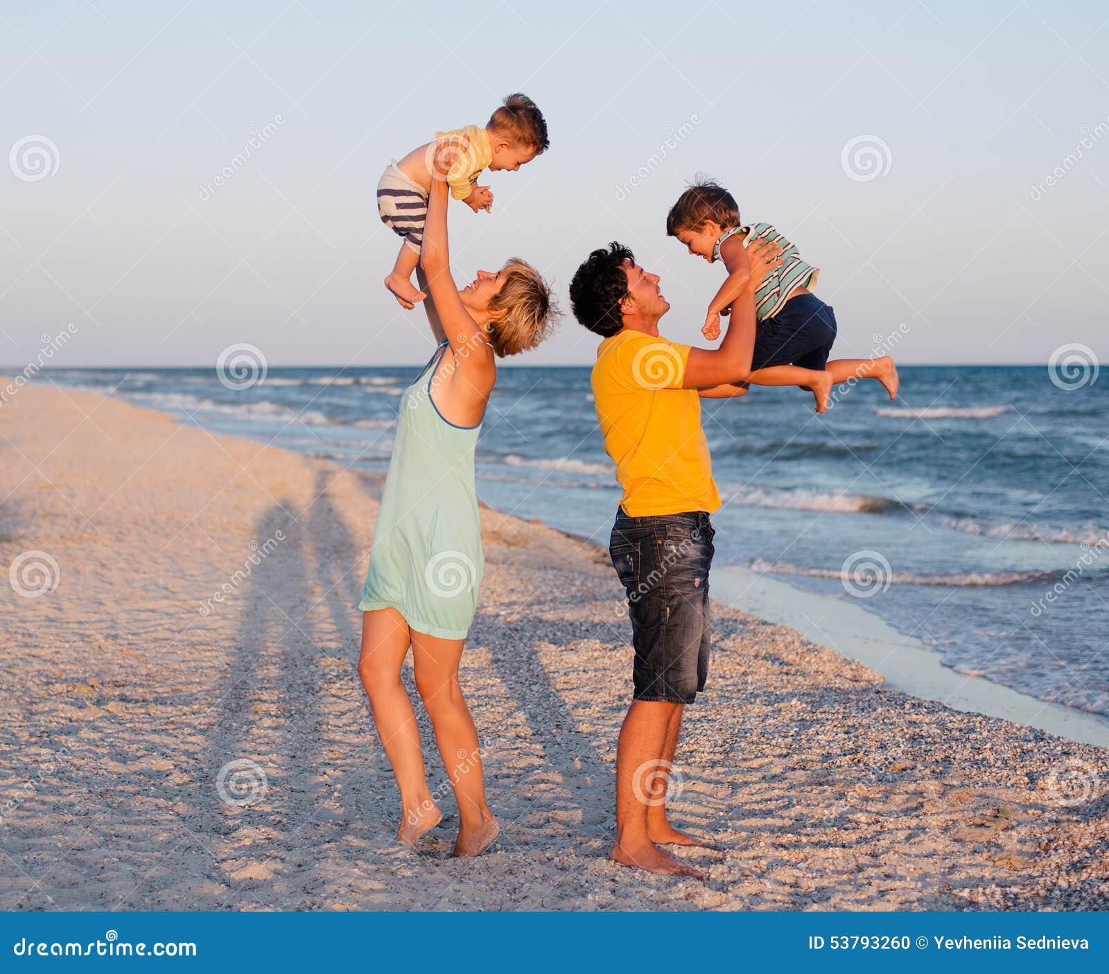 Ma tropikalnego plażowa rodzinna zabawa
