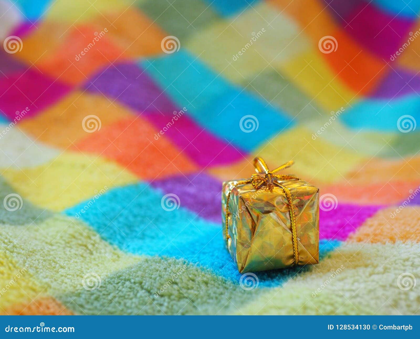 Mały boże narodzenie prezent na barwionej w kratkę koc