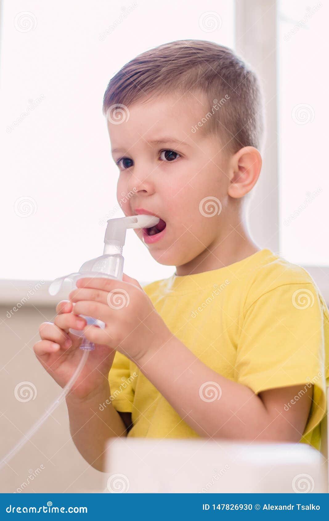 Ma?y dziecko taktuje bronchita inhalator w domu