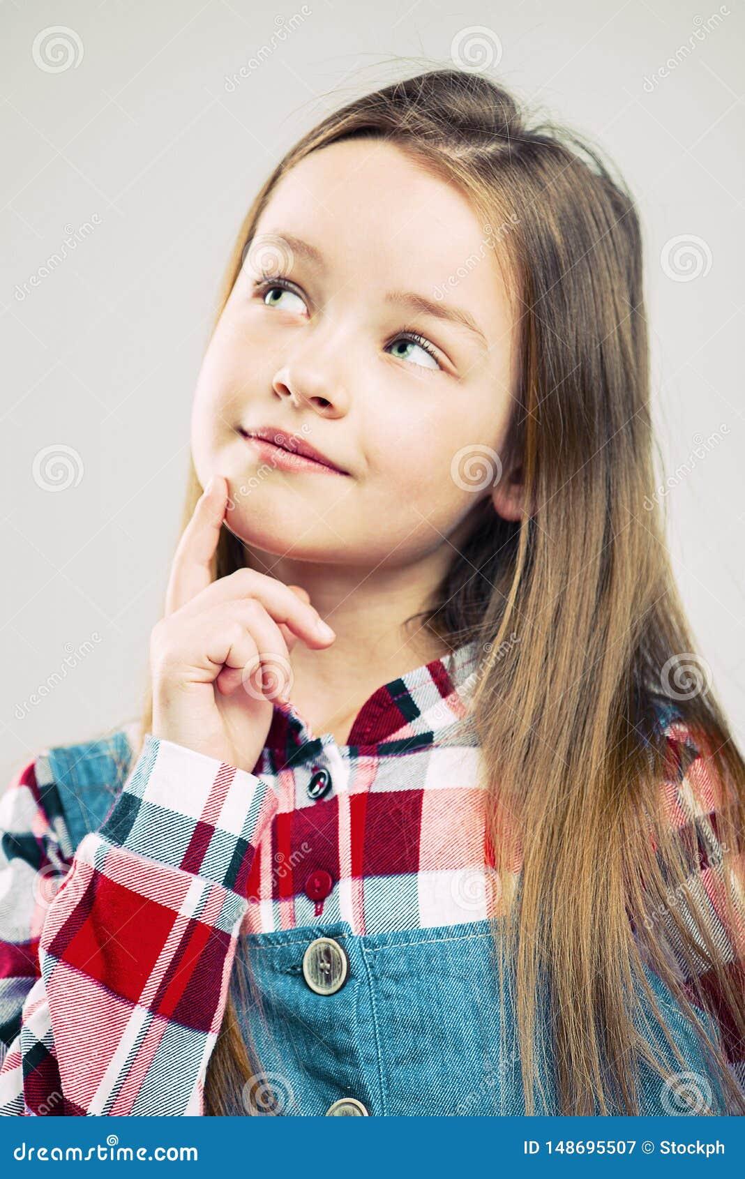 Ma?y portret s?odk? dziewczyn? dzieciak moda dziecko my?le? i marz?cy w g?r? dziecko emocja