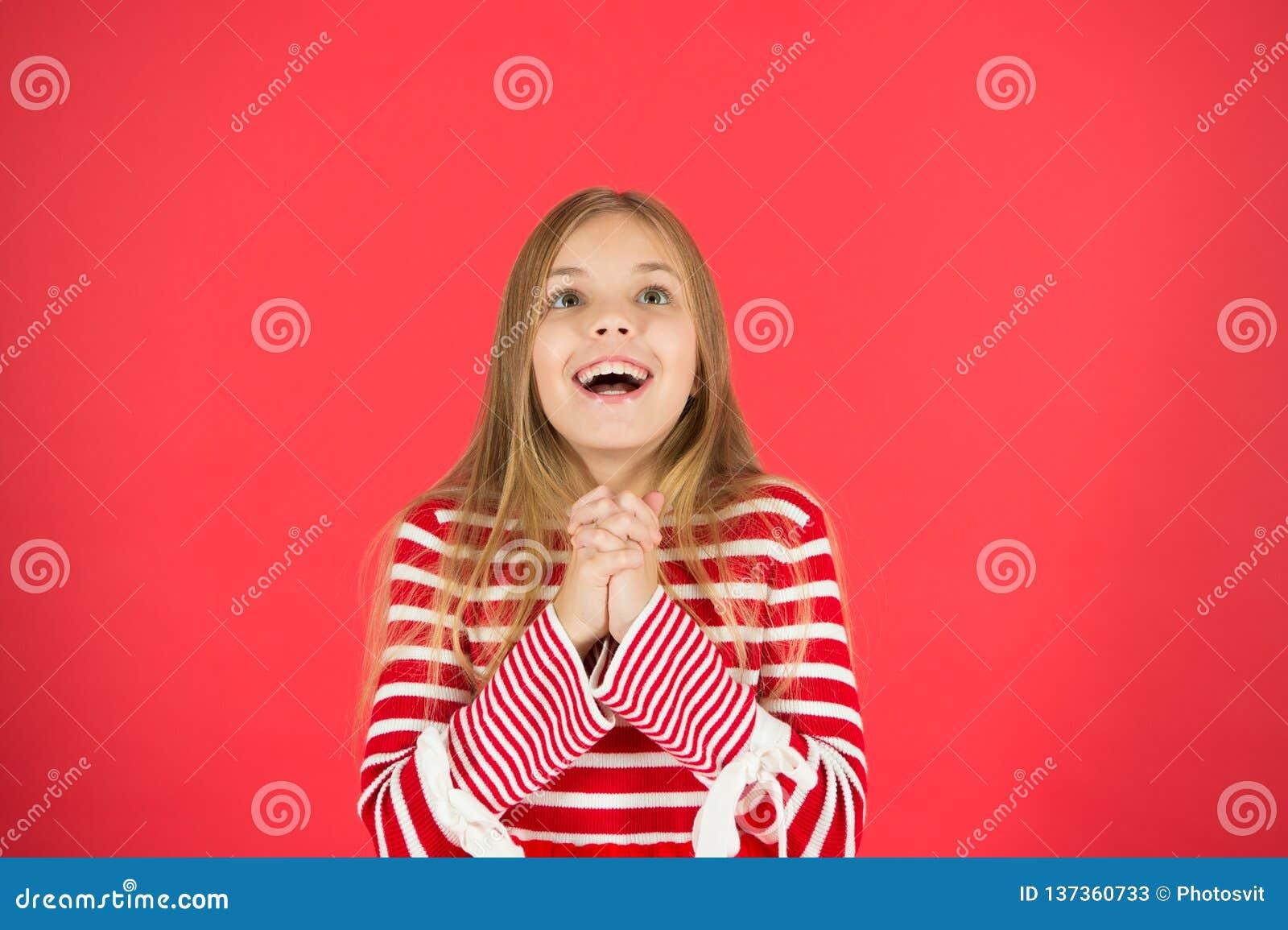 Maak een wens Hoop voor het beste Meisjes hoopvolle opgewekte gezicht die wens maken Geloof in mirakel Kindmeisje die haar wens d