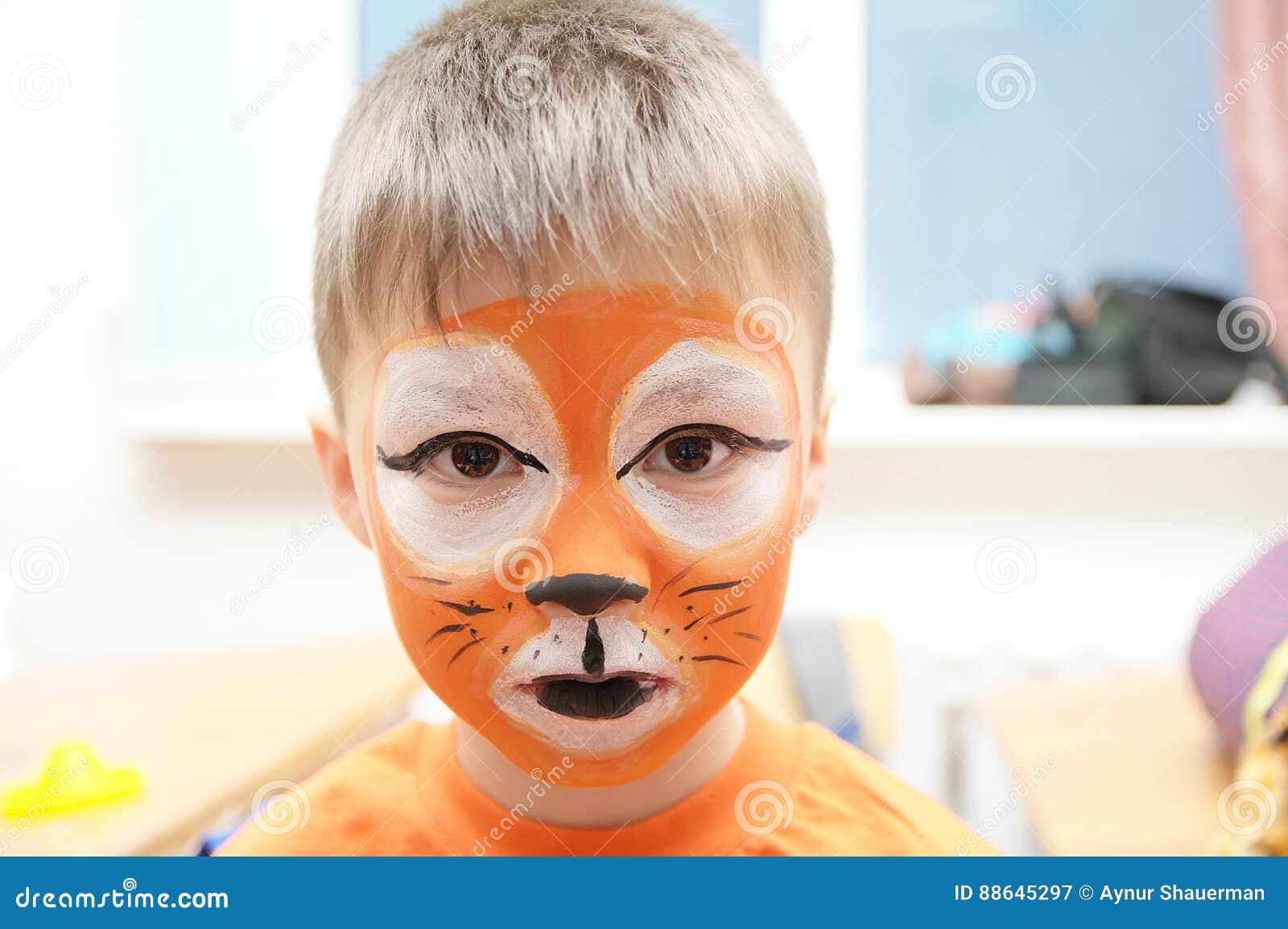 Maak omhoog kunstenaar die tijgermasker voor kind maken de