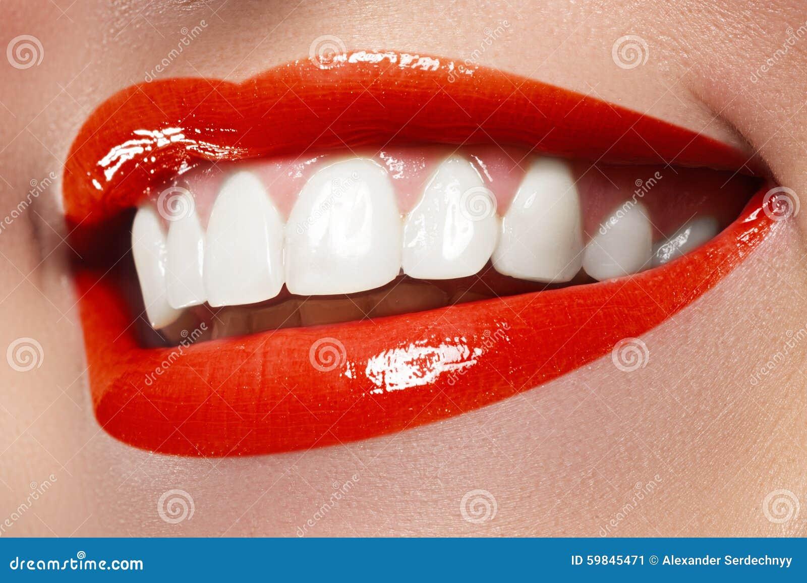 Maakt de close-up gelukkige vrouwelijke glimlach met gezonde witte tanden, heldere rode lippen op De kosmetiek, tandheelkunde en
