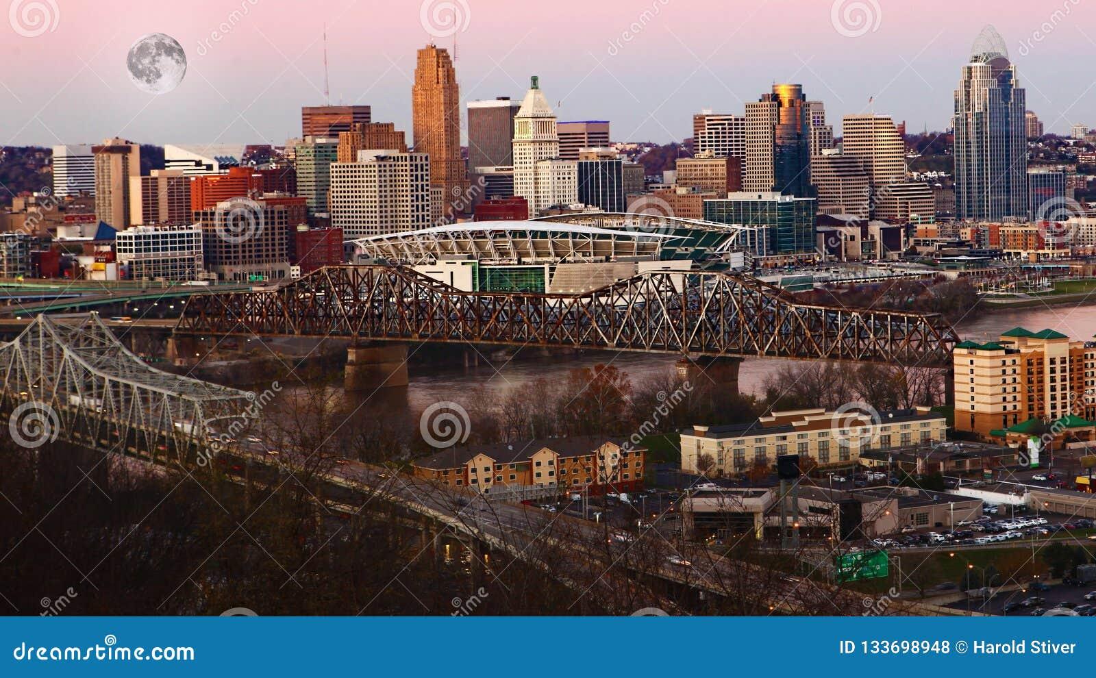 Maan die over Cincinnati, Verenigde Staten toenemen