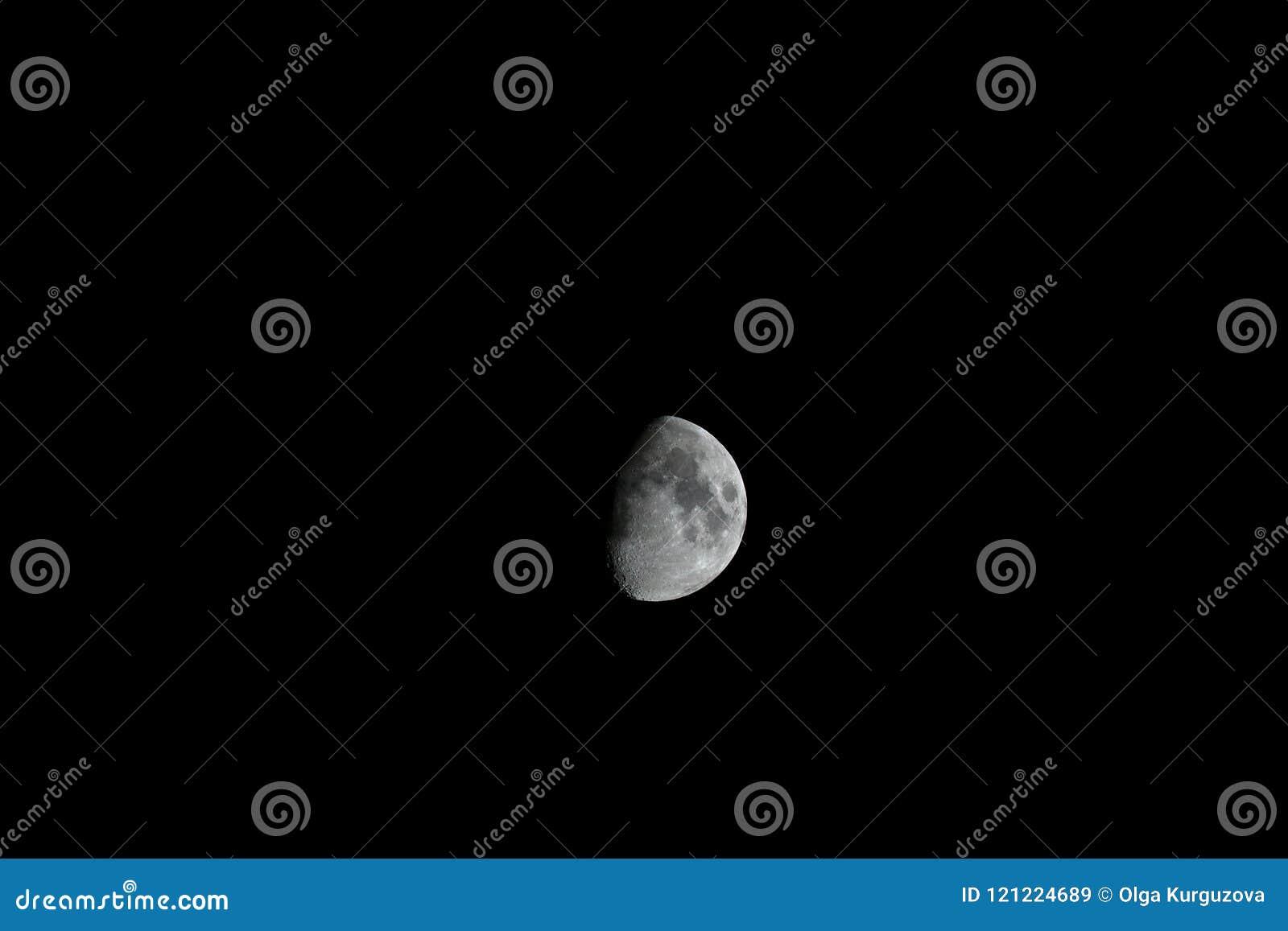 Maan in donkere hemel, begeindiger en kraters op de heldere oppervlakte