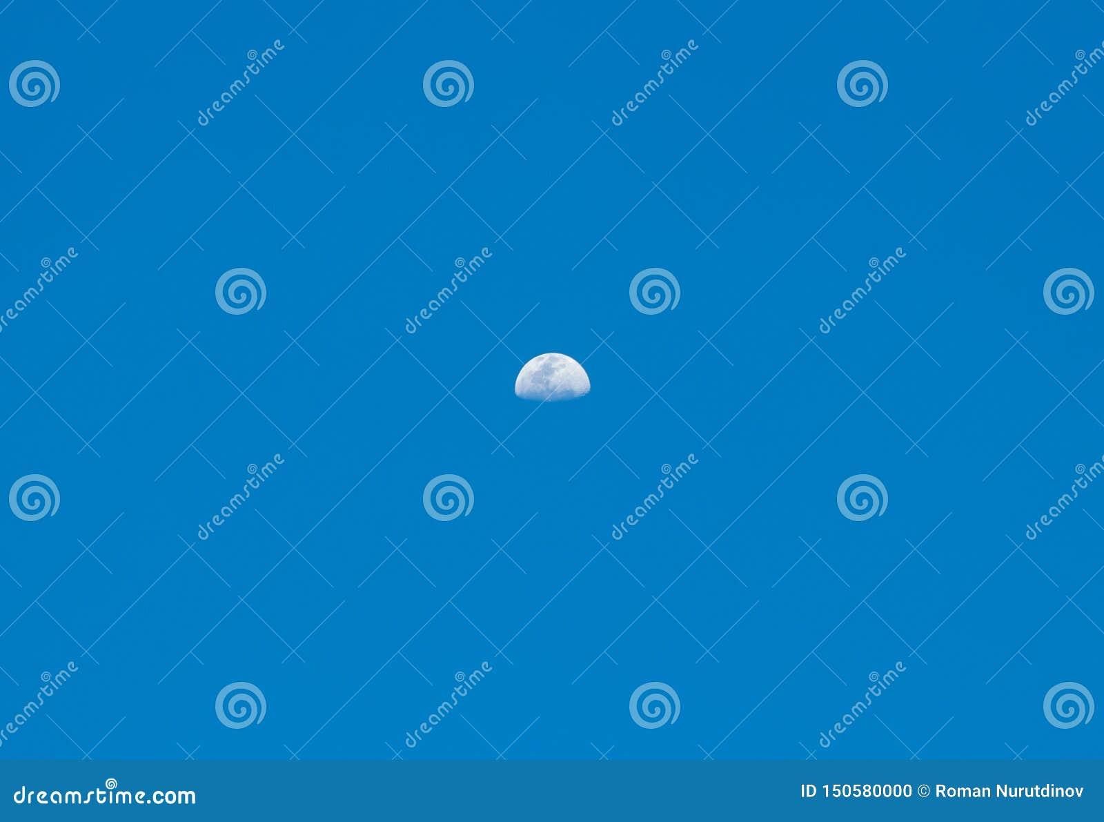 Maan met kraters in de hemel