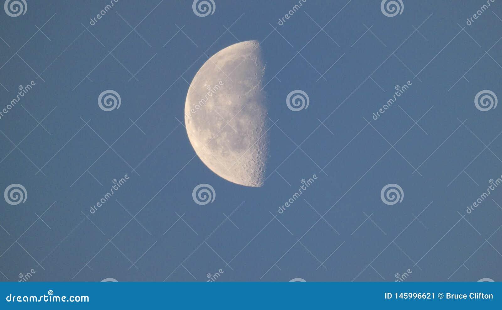 Maan muhn in haar laatste kwart aangezien zij voor nieuwe maan 5 leidt