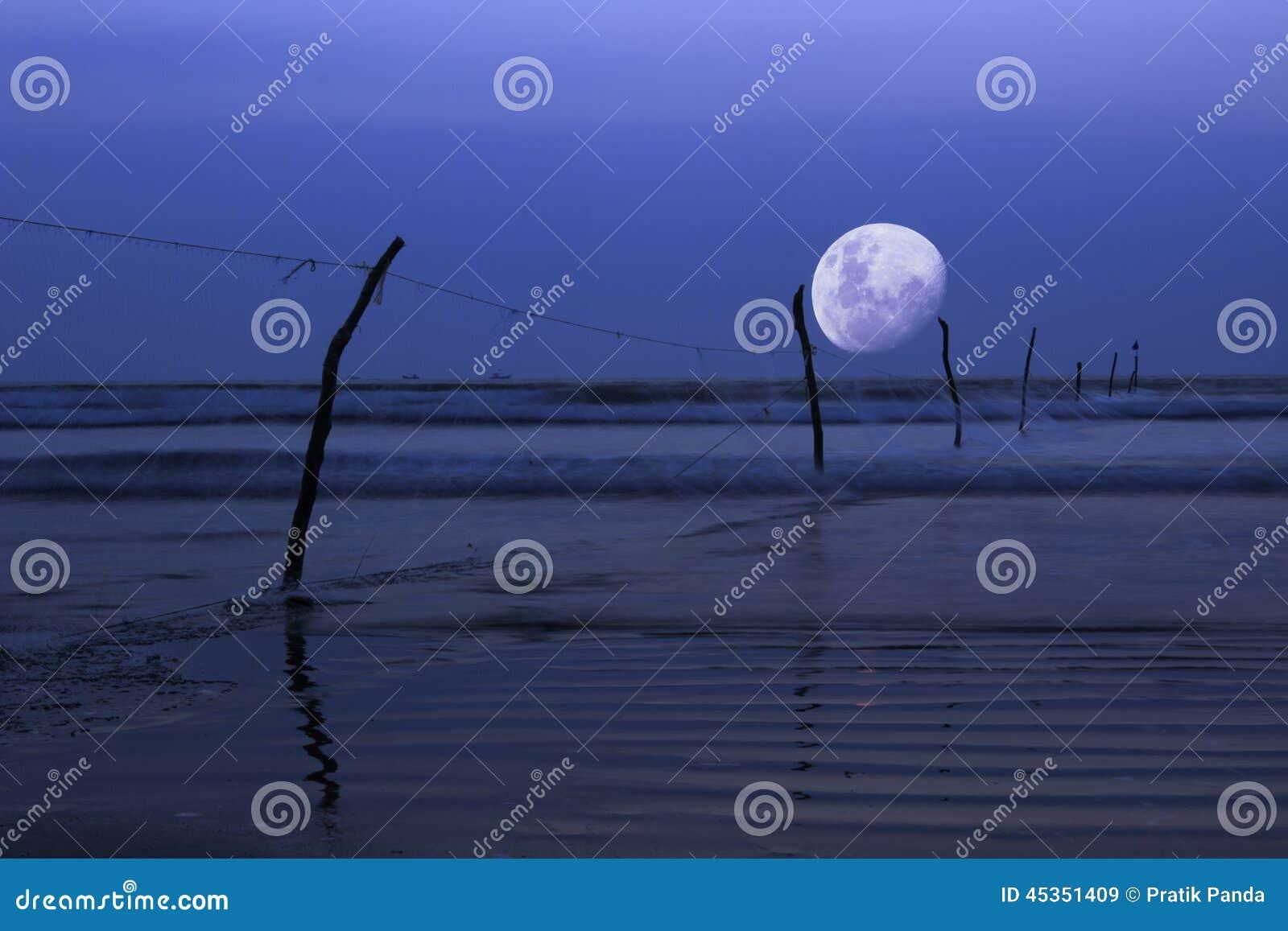 Maan over oceaan, nachtscène