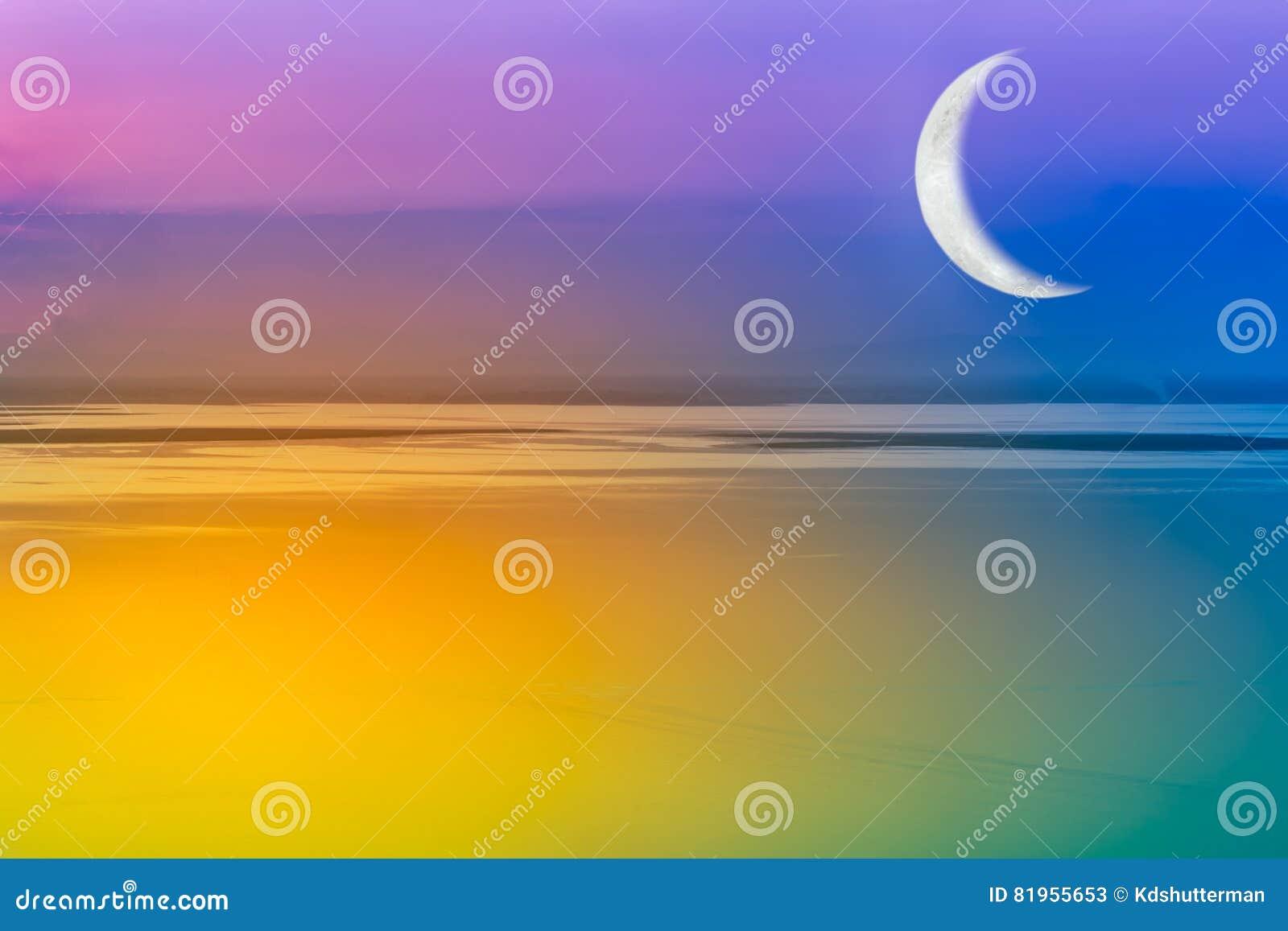Maan toenemende en kleurrijke hemel outdoors