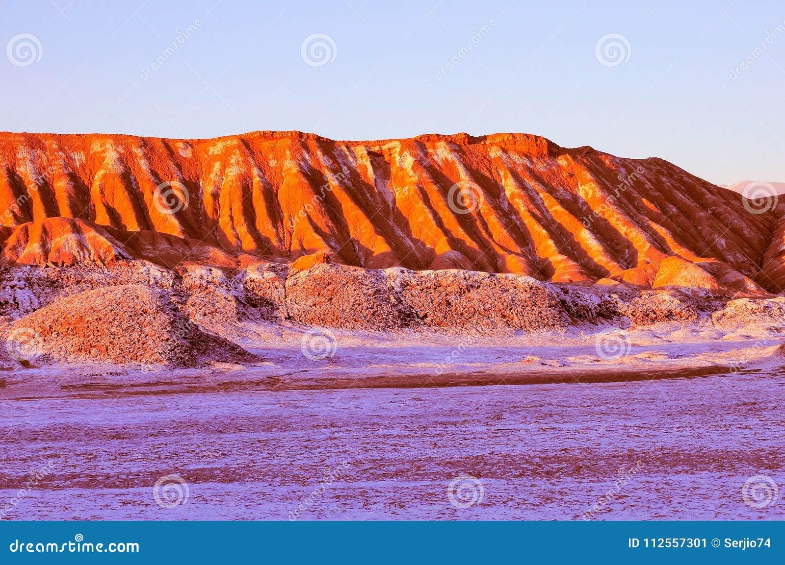 Maanvallei in Atacama-woestijn in zonsondergangtijd,