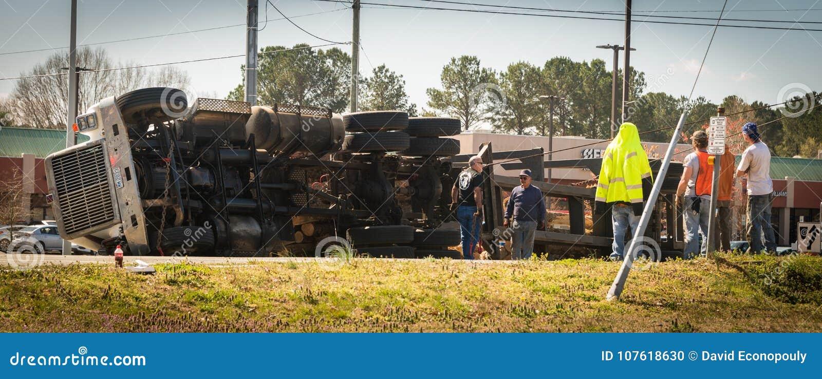 10 maart, 2017: Carrboro, NC de V.S. - registrerenvrachtwagen op weg wordt omgekeerd die