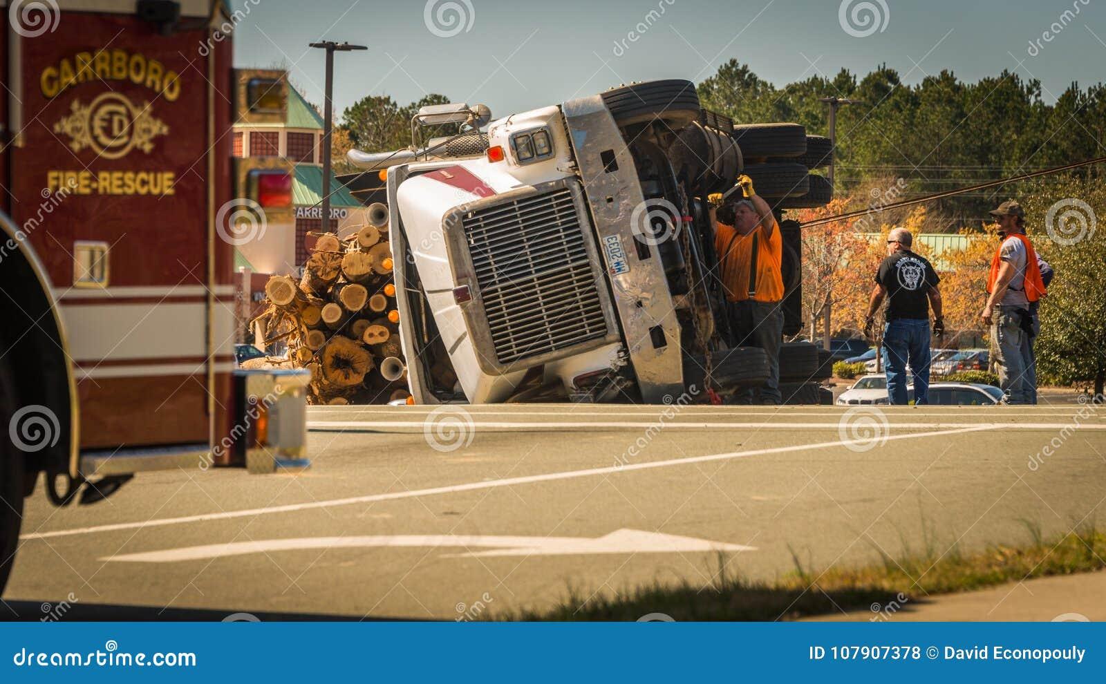 10 maart, 2017: Carrboro, NC-ons-Mens die aan ten val gebrachte het registreren vrachtwagen werken