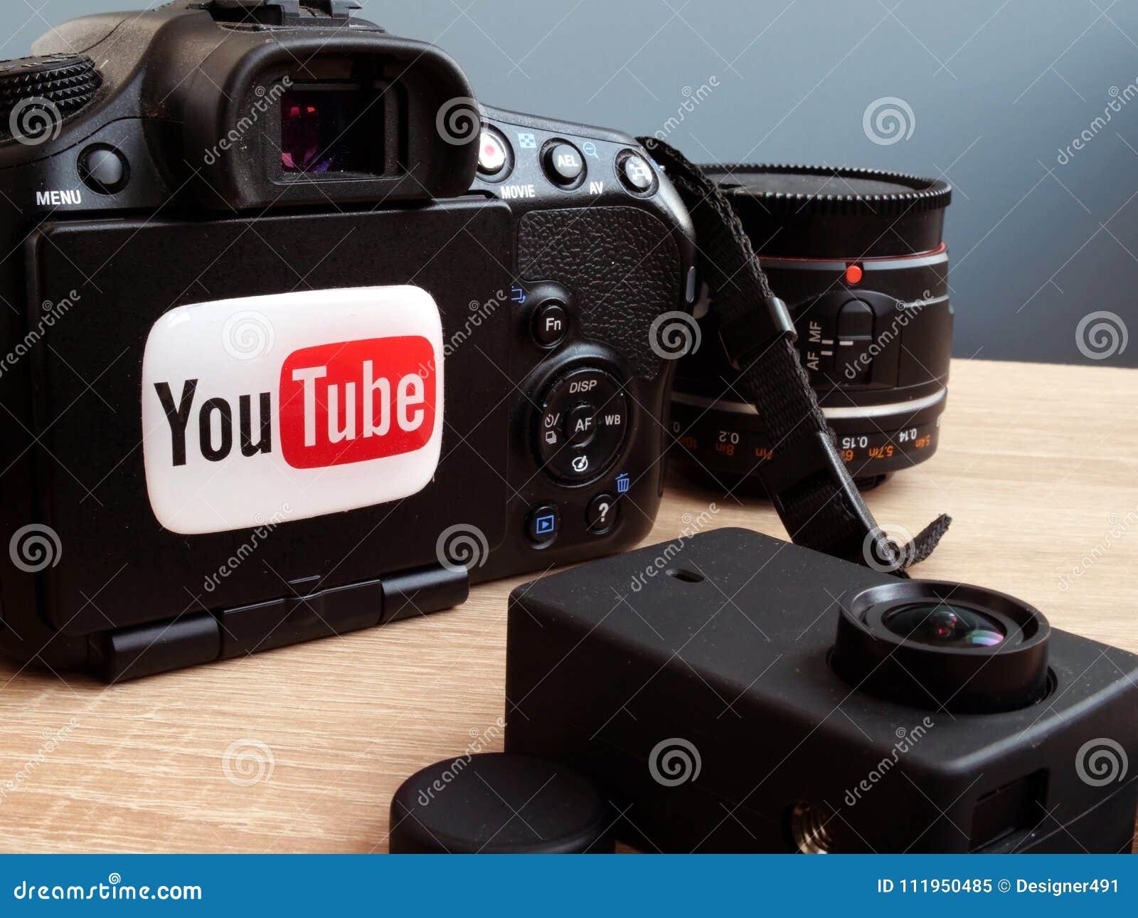04 Maart 2018 Kyiv ukraine YouTubeembleem op een camera Het video blogging of vlogs concept