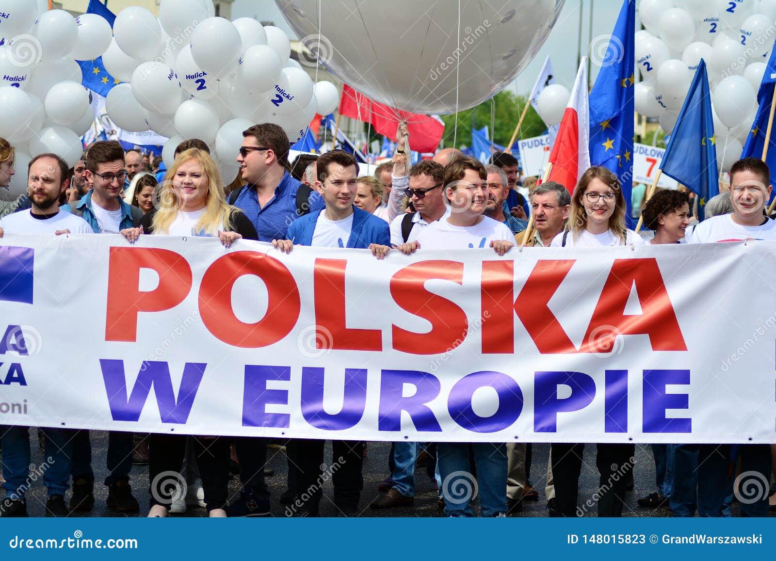 Maart ?Polen in Europa ? Duizenden oppositieverdedigers marcheerden in het Poolse kapitaal om Europese Unio van de natie te viere