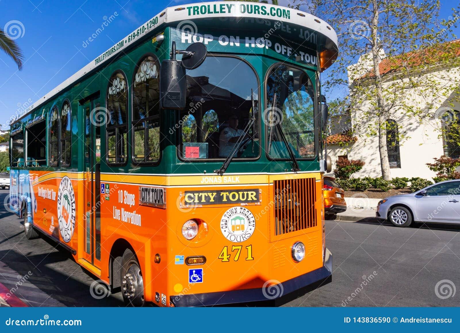 19 maart, 2019 San Diego/CA/de V.S. - Hop op/Hop van trolleybus die mensen op een stadsreis nemen van San Diego