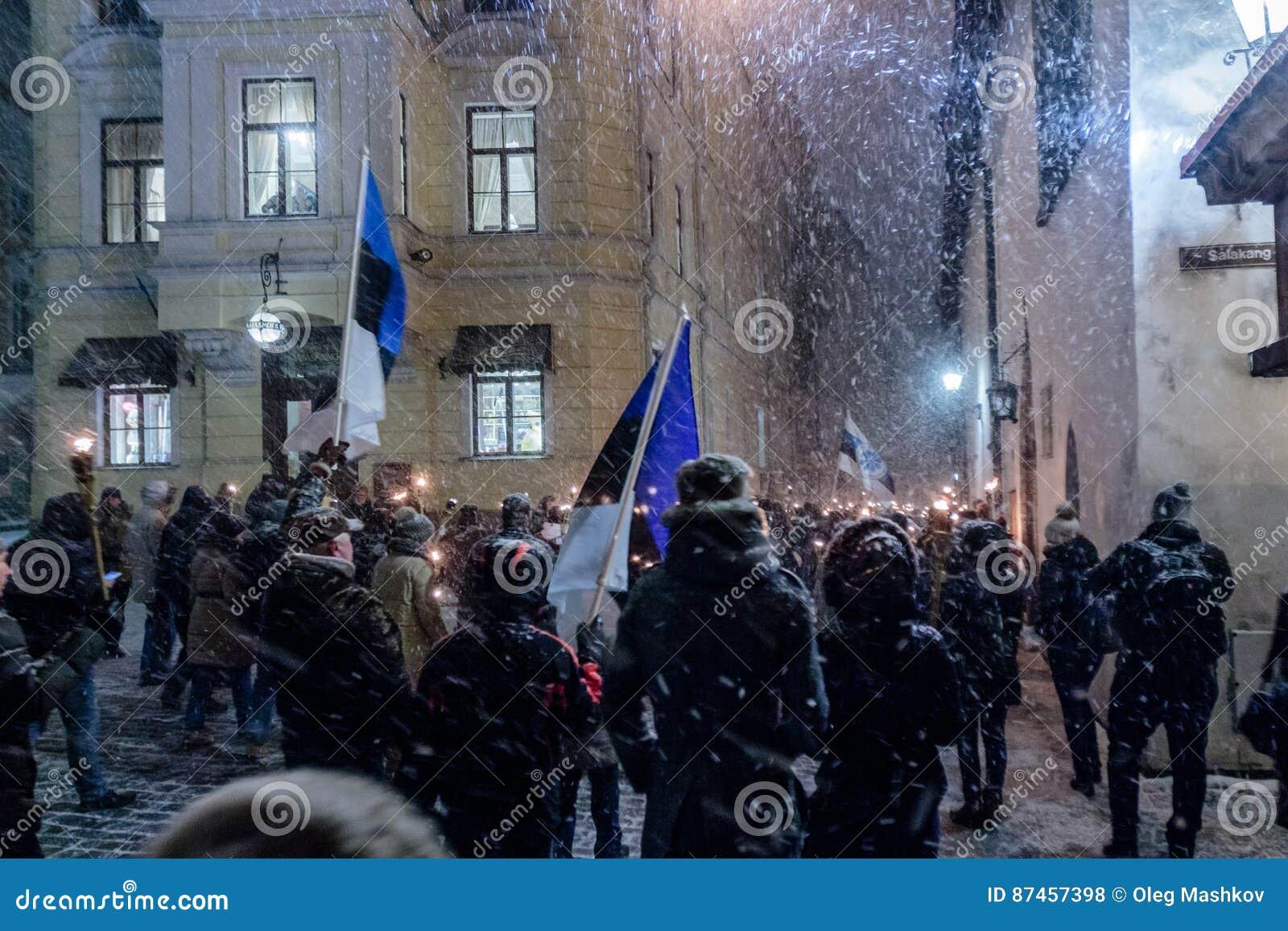 Maart van de toortsen op Estonia's-onafhankelijkheidsdag