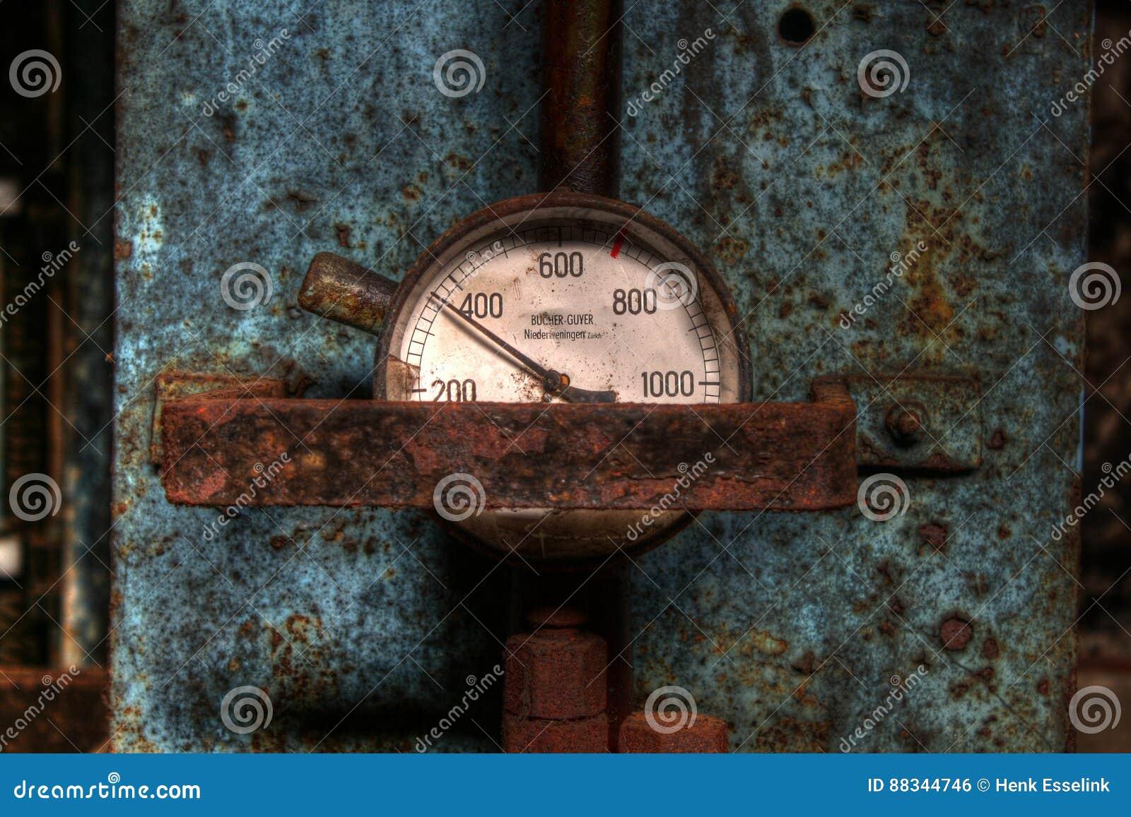 Maat op hydraulische pers