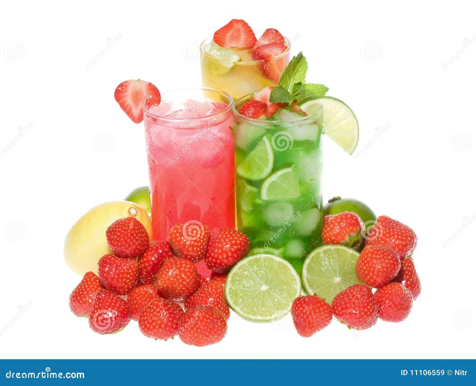 Macédoines de fruits avec la fraise et la menthe