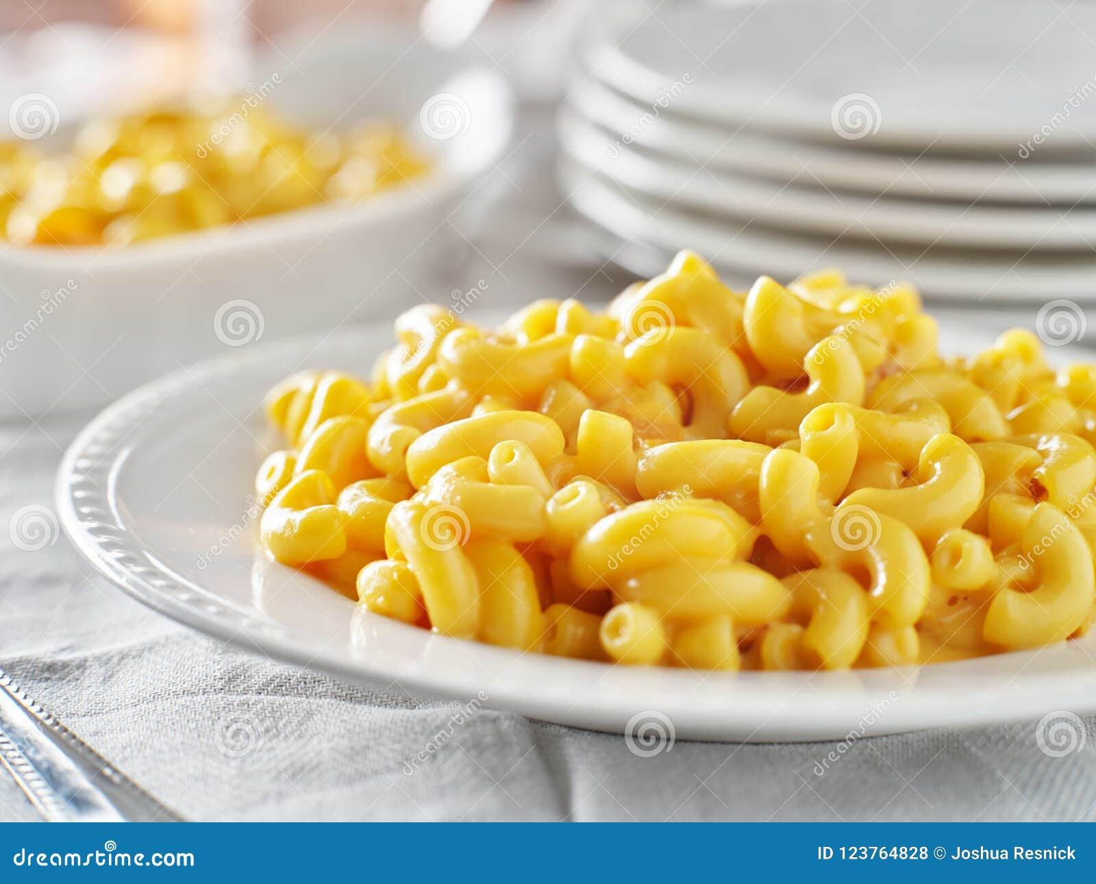 Mac y queso sabrosos en cierre de la placa para arriba